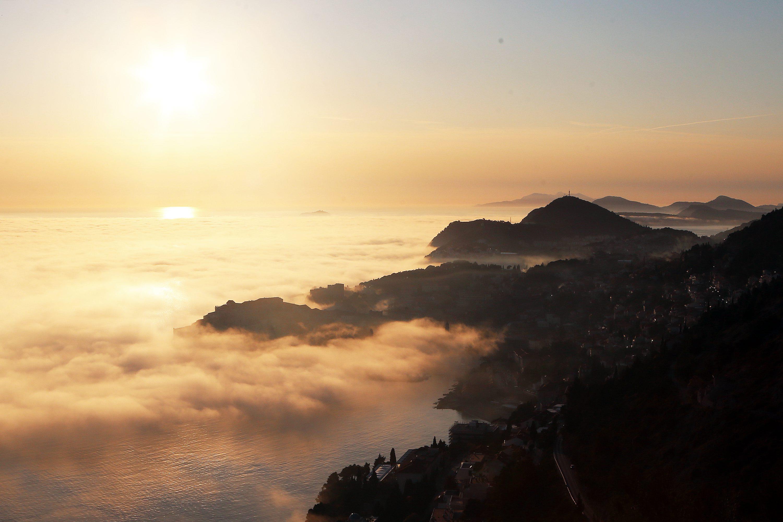 Kao posljedica naglog zatopljenja kada se iznad hladne morske površine nalazi topli zrak, te dolazi do isparavanja mora, Dubrovnik je danas popodne pokrila magla