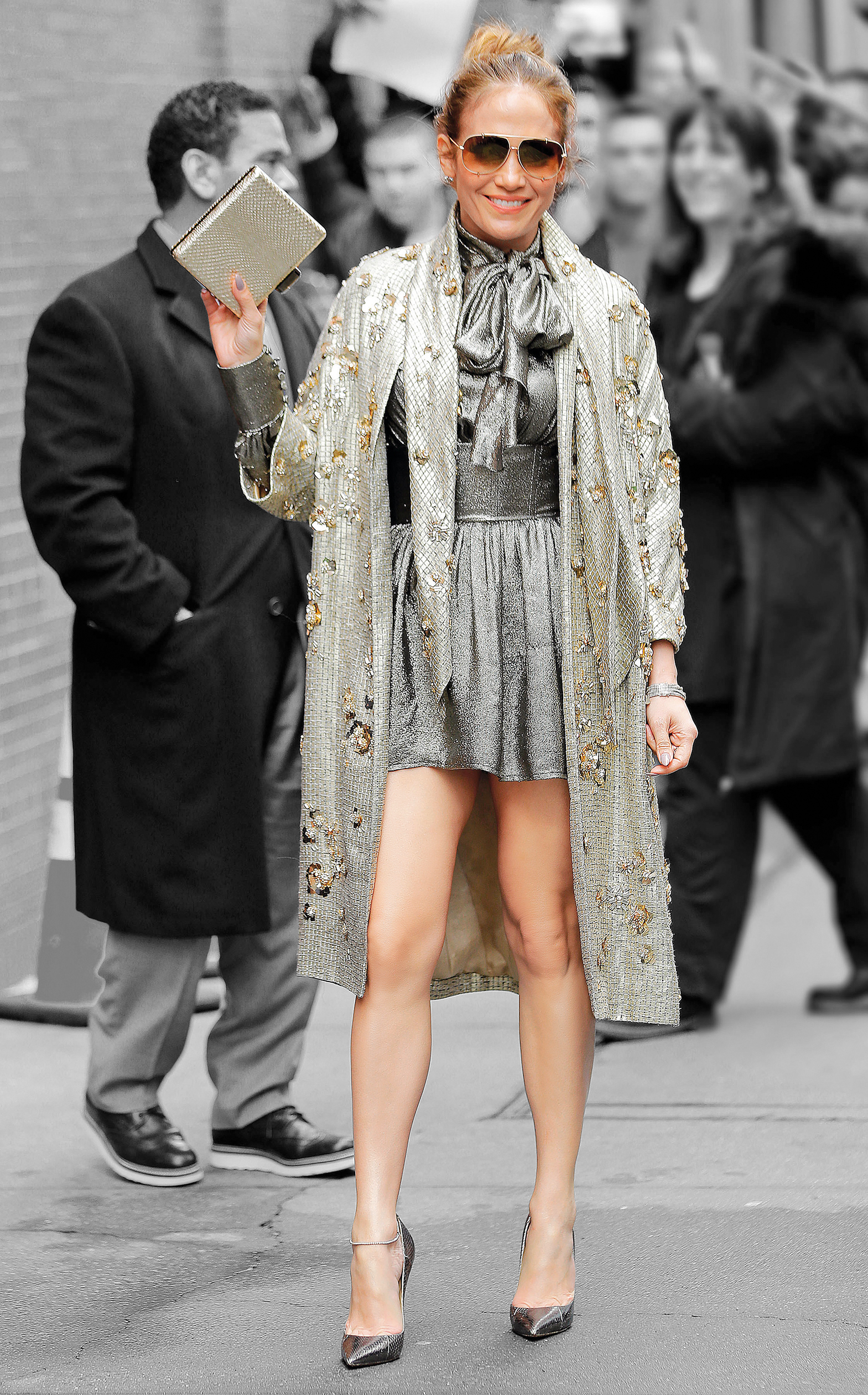 Bluza i suknja Saint Laurent, ogrtač Jenny Packham, salonke Jimmy Choo