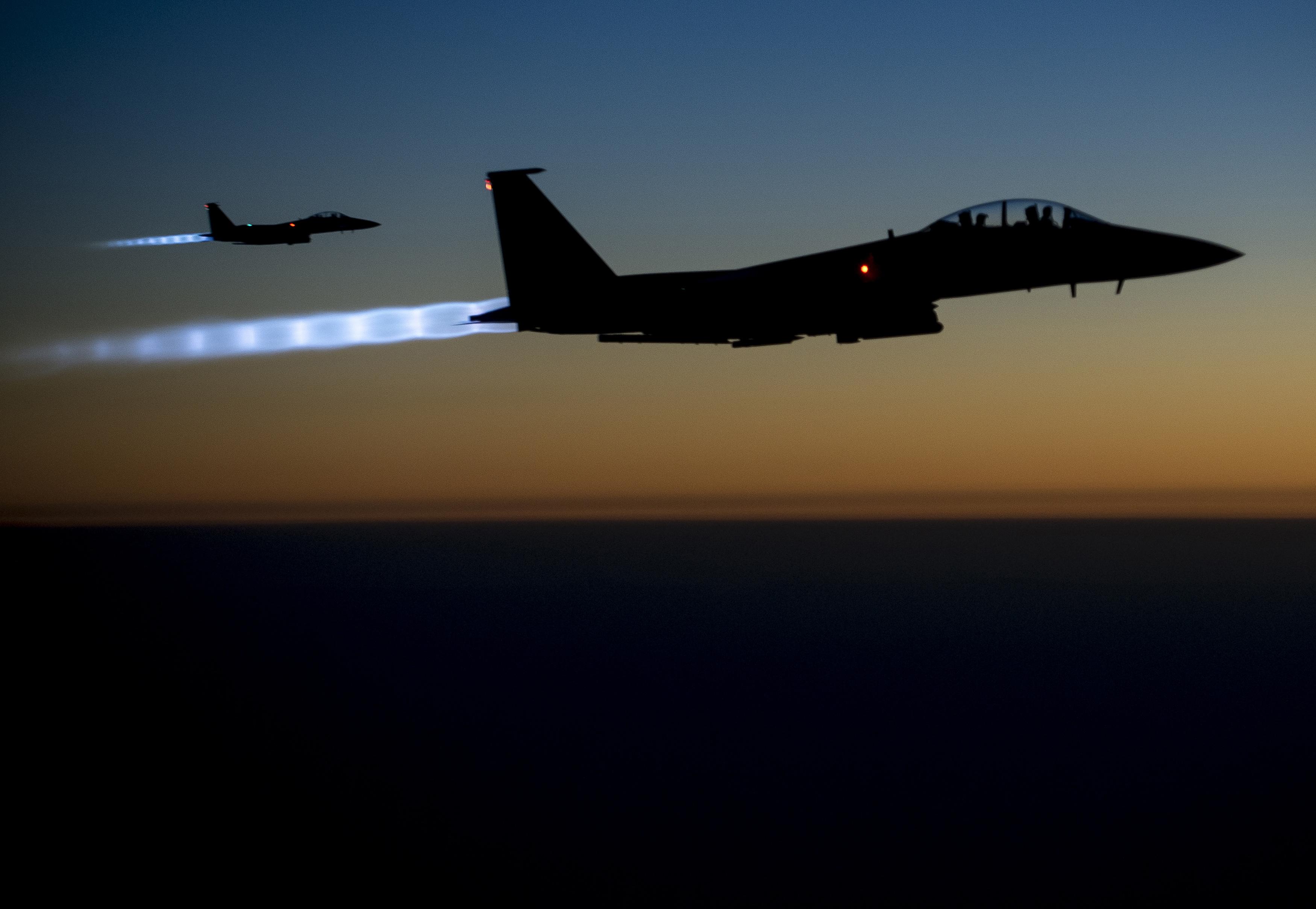 Dva američka F-15 lete iznad Iraka nakon zračnih napada u Siriji (2014.)