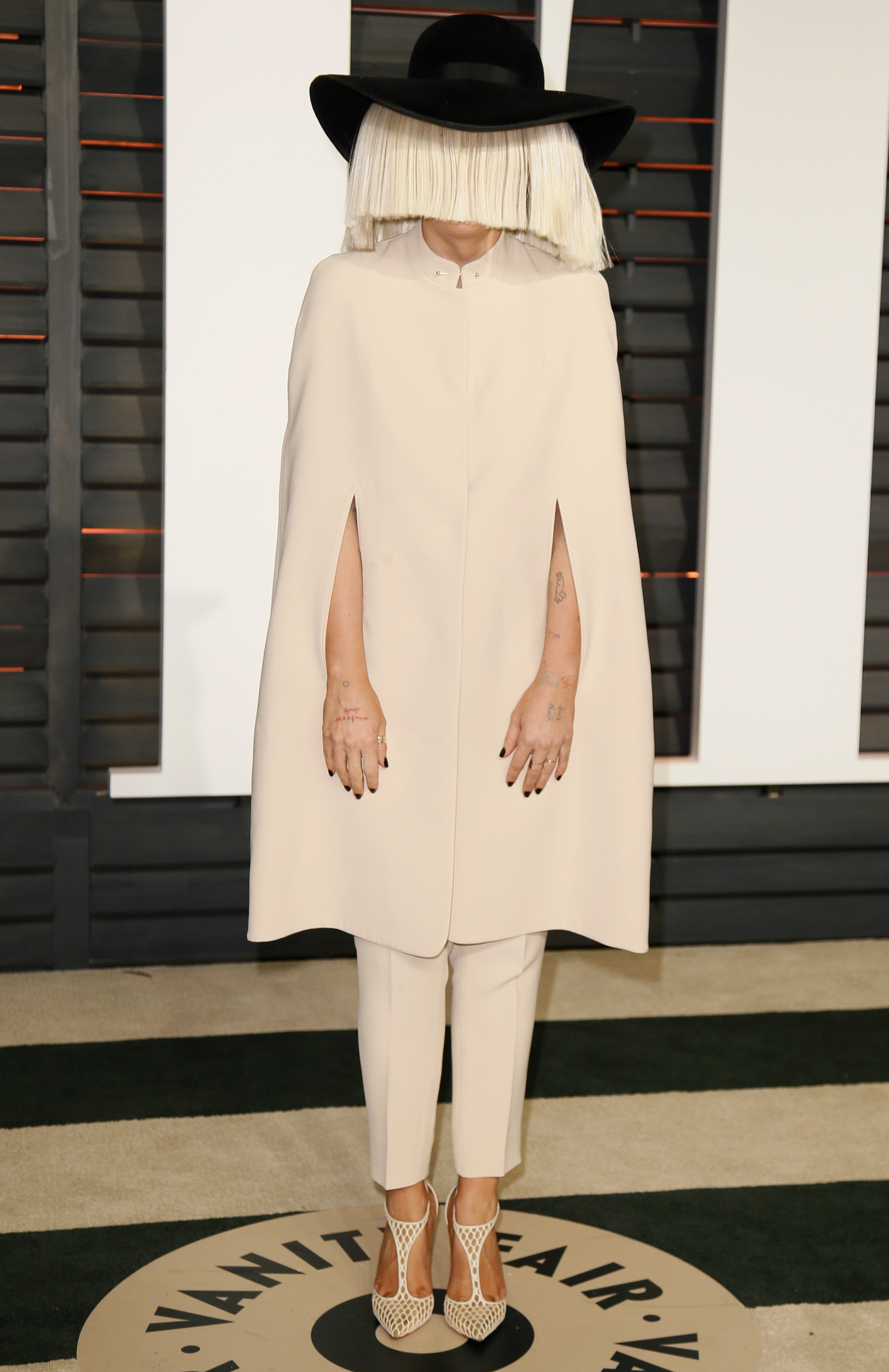 Singer Sia arrives  at the 2015 Vanity Fair Oscar Party in Beverly Hills, California February 22, 2015.  REUTERS/Danny Moloshok (UNITED STATES  - Tags: ENTERTAINMENT)  (VANITYFAIR-ARRIVALS)  - RTR4QPRF