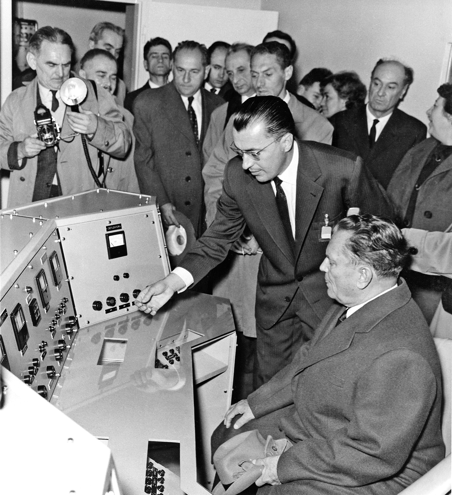 Inženjer Marcel Lažanski (čovjek s naočalama) upoznaje Tita s radom ciklotrona
