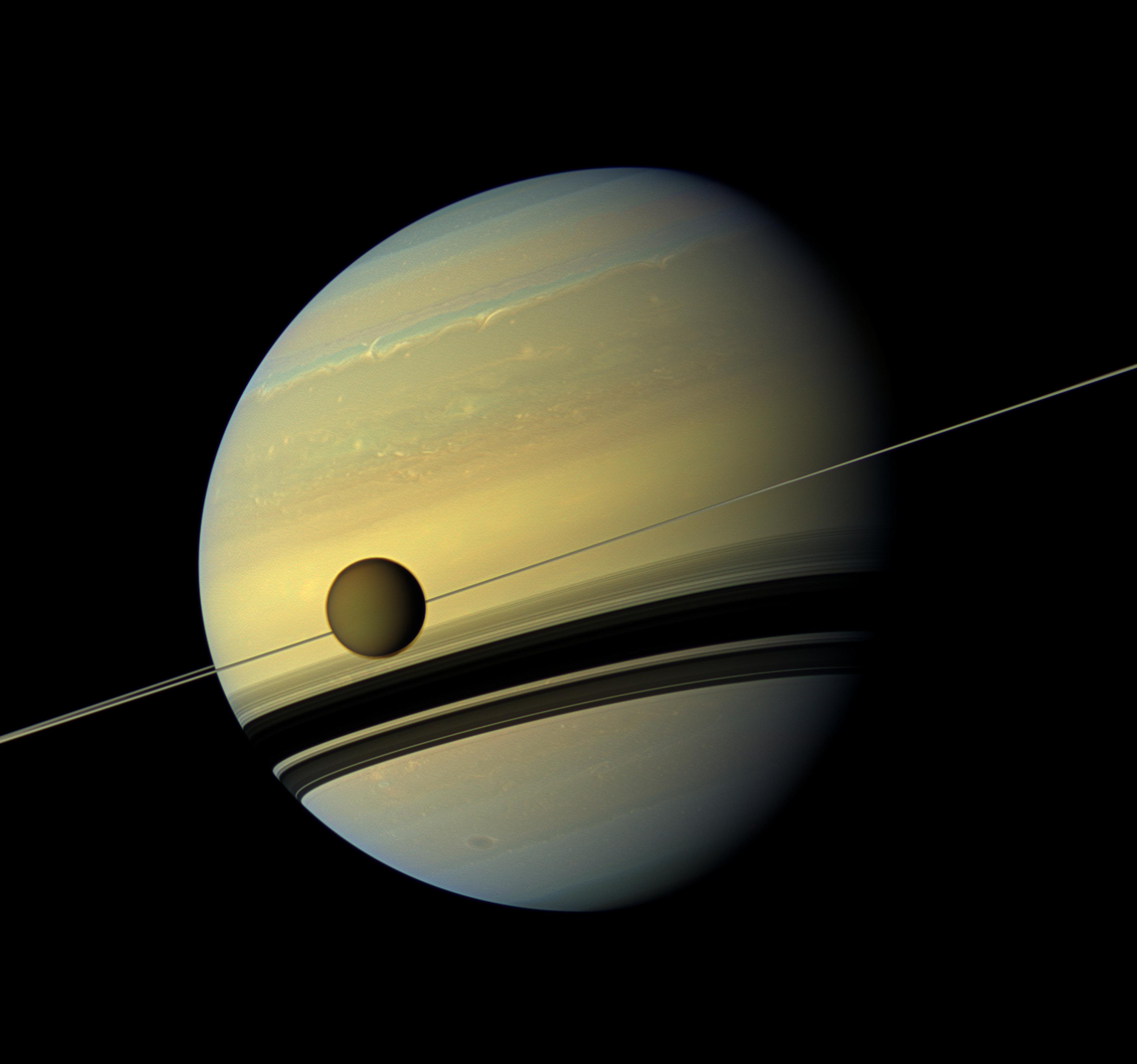 Mjesec Titan ispred Saturna