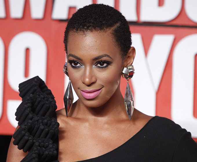 Singer Solange Knowles arrives at the 2009 MTV Video Music Awards in New York, September 13, 2009.     REUTERS/Eric Thayer (UNITED STATES ENTERTAINMENT) - RTR27T1G