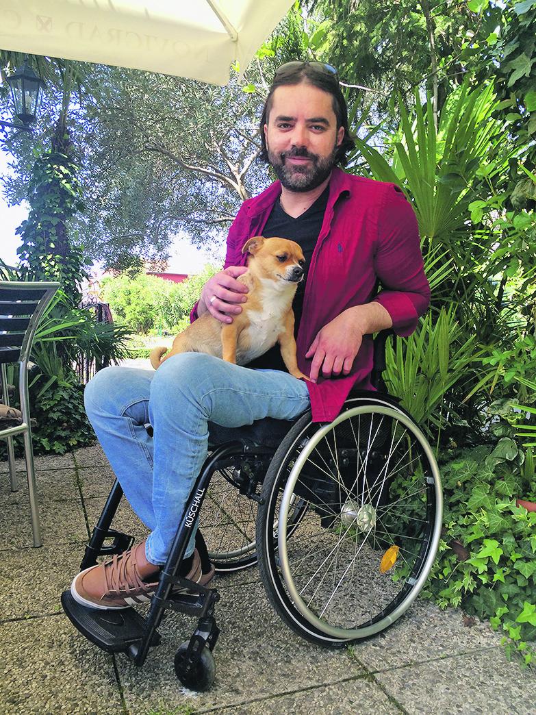Denis Makin iz Novigrada prometnu nesreću zbog koje je završio u invalidskim kolicima doživio je kada je imao samo 17 godina. Samo par mjeseci kasnije uzeo je gitaru u ruke i pronašao svoju novu ljubav - ljubav prema glazbi. Prije nesreće bavio se nogometom