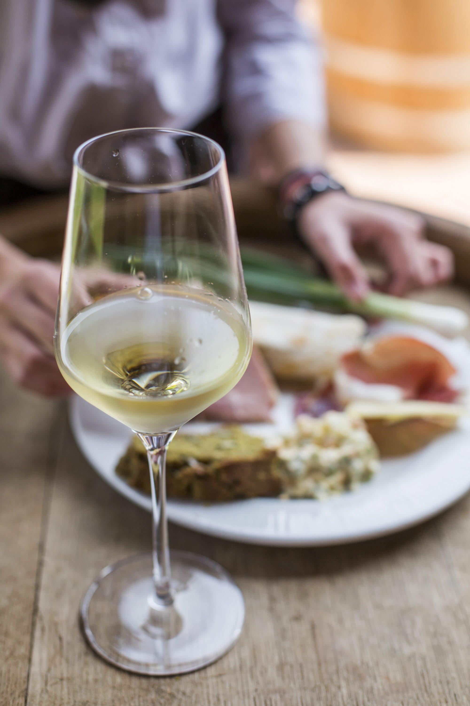 Jastrebarsko, 130417. Vinarija Semper tradicionalno na veliki cetvrtak otvara anfore i pretace vino u bacve. Nakon berbe grozdja u jesen u anfore se posprema grozdje, povremeno se mijesa i nakon 6 mjeseci pretace u bacve u kojima ce odlezati jos namanje godinu dana. Zbog takvog postupka dobiva se vino izrazito narancaste boje. Pri ptvaranju anfore prvo se pretace vino strojnom pumpom, zatim se iz anfore kantama iznosi tropac, nakon potpunog praznjena anfore, ostaci tropca idu u strojnu presu i u bacve u kojima ce odlezati najmanje godinu dana. Semberi kao obitelj zajedno sudjeljuju u svim fazama proizvodnje vina. Obitelj Sember Zdenko, supruga Ivanka, sin Nikola, kcer Lucija, roditelji Ruzica i Stjepan. Foto: Berislava Picek/ CROPIX
