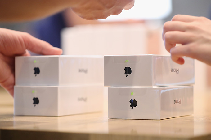 BERLIN, GERMANY - SEPTEMBER 16:  Apple employees prepare Apple iPhone 7 phones on the first day of sales of the new phone at the Berlin Apple store on September 16, 2016 in Berlin, Germany. The new phone comes in two sizes, one with a 4.7 inch display, the other with a 5.5 inch display.  (Photo by Sean Gallup/Getty Images)