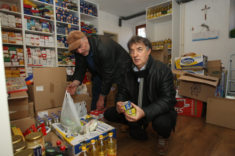 Na fotografiji: Igor Blaslov, voditelj samposluge (desno) i jedan od volontera