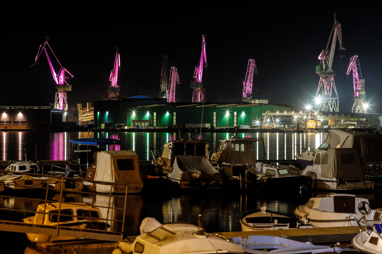Pula, 050417.   Uljanikove dizalice, Svjetleci divovi, veceras su bile osvijetljene u roza, boji biciklisticke utrke Giro d Italia, koja ove godine obiljezava 100 godina postojanja.  Dizalice su osvijetljene tocno mjesec dana prije pocetka  jubilarne utrke Giro100. Foto: Goran Sebelic / CROPIX