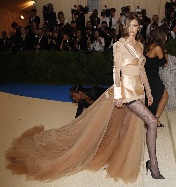 Metropolitan Museum of Art Costume Institute Gala - Rei Kawakubo/Comme des Garcons: Art of the In-Between - Arrivals - New York City, U.S. - 01/05/17 - Gigi Hadid. REUTERS/Carlo Allegri