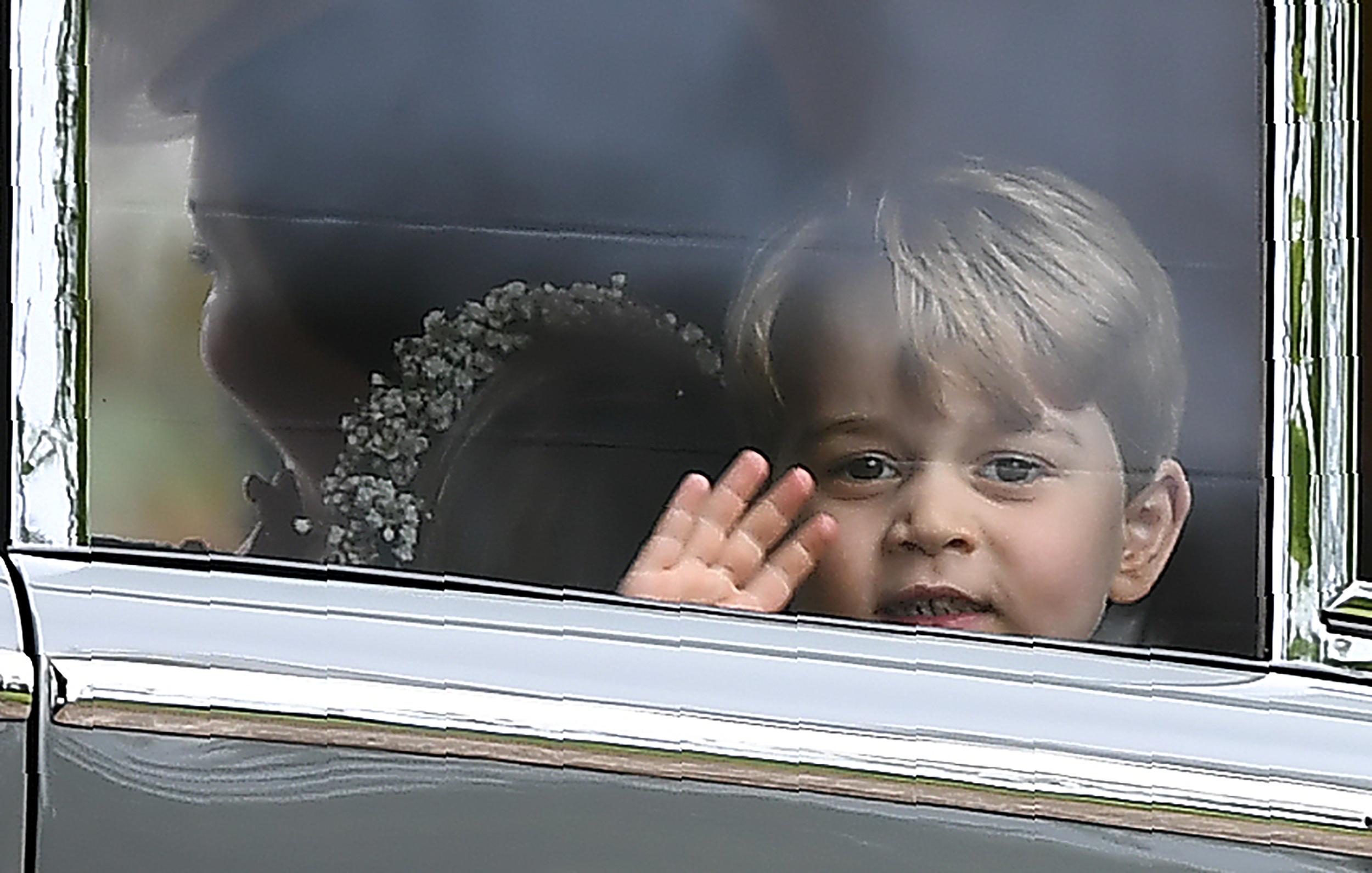 Princ George maše iz automobila