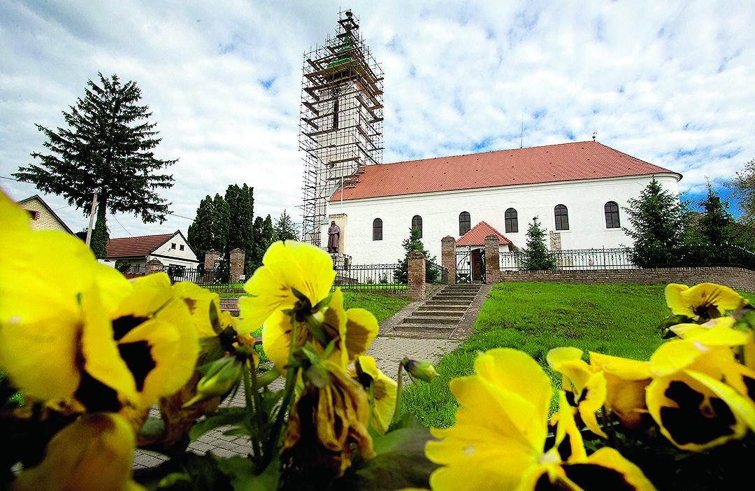 Lug, 100517 Reformirana (kalvinska) crkva u Lugu u Baranji je najstarija protestantska crkva u RH. Na fotografiji: Crkva u Lugu  Foto: Emica Elvedji / CROPIX
