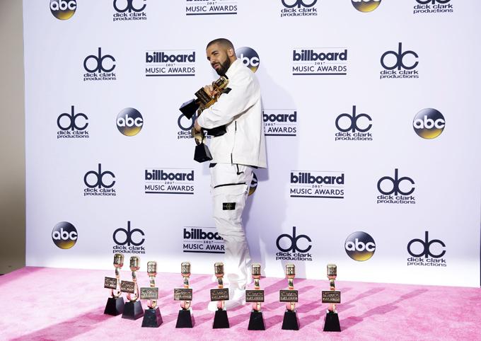 2017 Billboard Music Awards Äì Photo Room - Las Vegas, Nevada, U.S., 21/05/2017 - Drake with his many awards. REUTERS/Steve Marcus