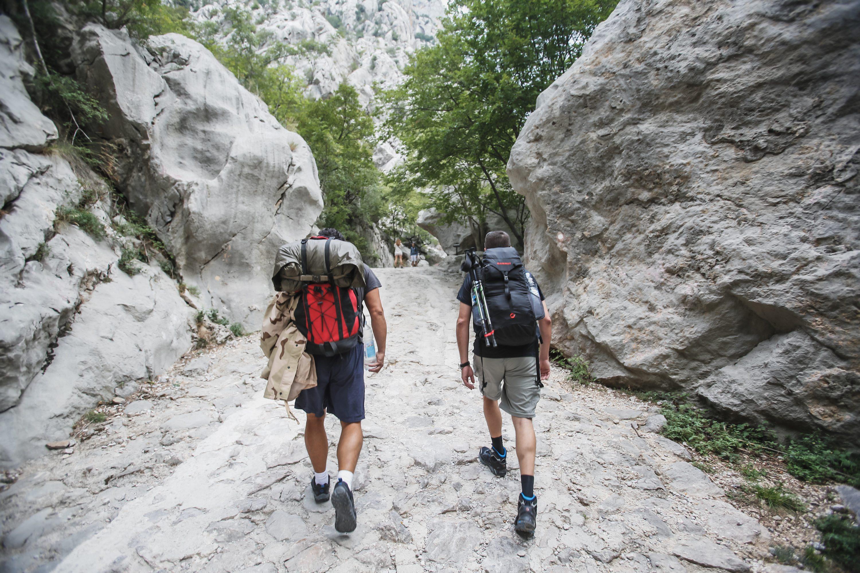 Paklenica, 150915. NP Paklenica omiljena je destinacija planinarima, izletnicima i ljubiteljima prirode i penjanja. Na povrsini od 95 km2 nalazi se gotovo 200 km staza i putova, a jedna od poznatijih je i Ivine vodice na 1250 m nadmorske visine. Odmor od pjesacenja nude i planinarski domovi u kojima je moguce prenociti. Na fotografiji: planinari na Paklenici. Foto: Danijel Soldo / CROPIX