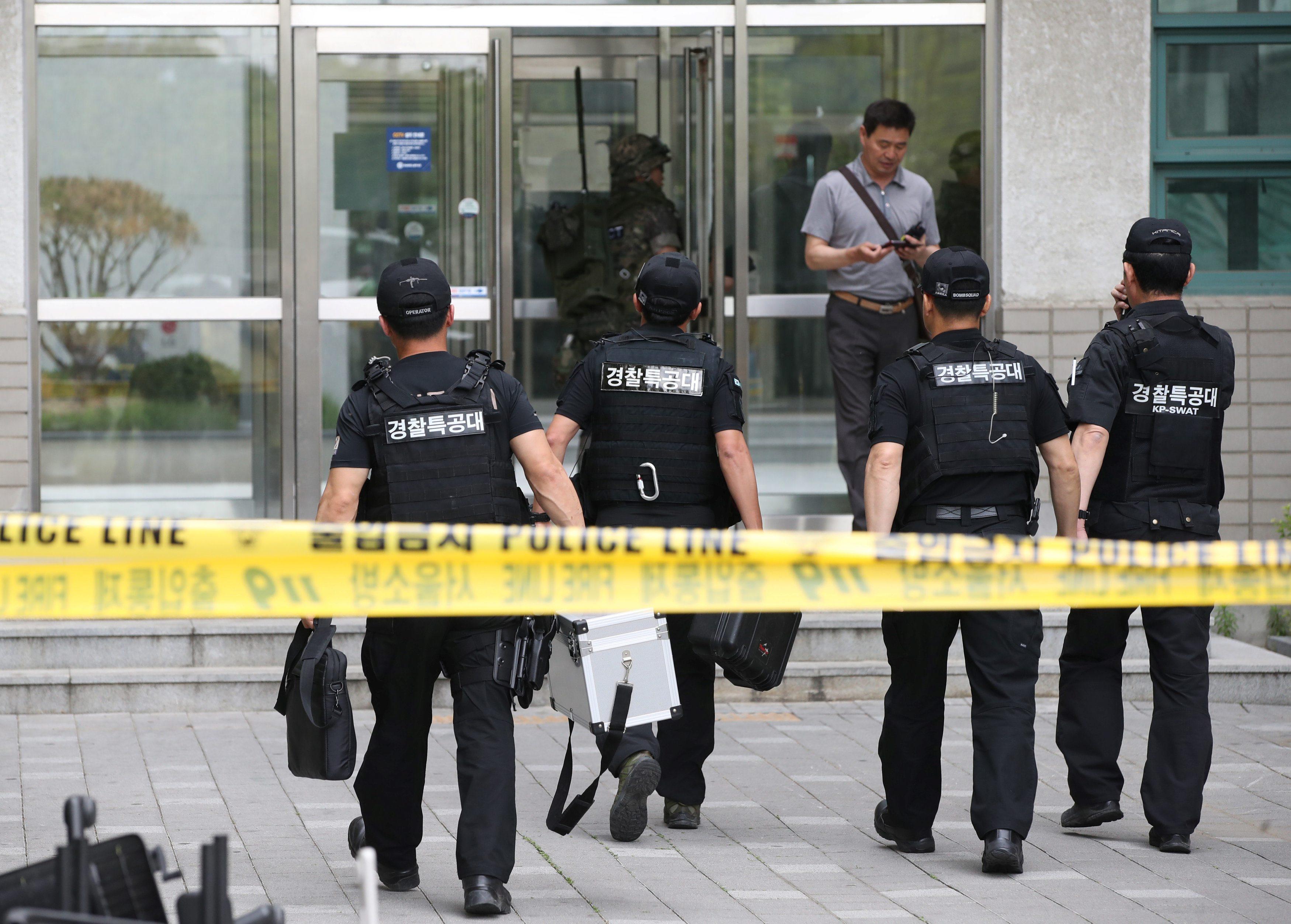 Pripadnici specijalne policije ulaze na sveučilište Jonsei nakon eksplozije