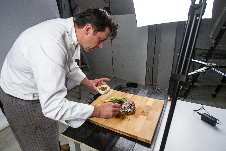 Zagreb, 130617. Studio Hanza Media. Pecenje steakova sa Christianom Misiracom za Dobru hranu. Na fotografiji: Christian Misiraca u pripremi steaka. Foto: Tomislav Kristo / CROPIX