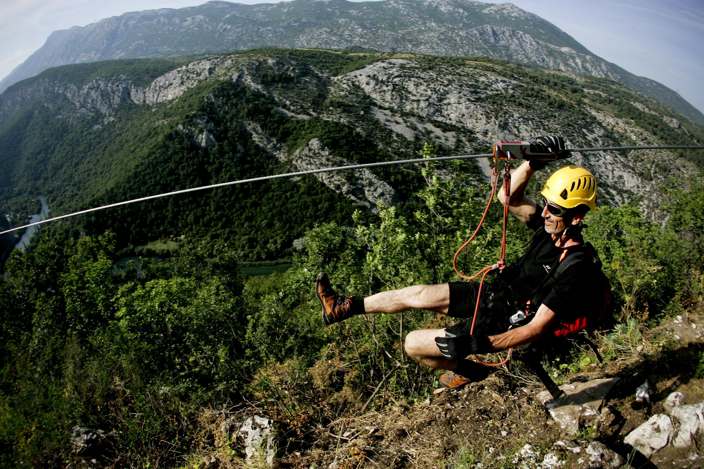 Split, 220613. Adrenalinski park Zipline Omis nova je turisticka atrakcija u kanjonu Cetine. Klizeci niz sajlu pruza se prekrasan pogled na Cetinu i brda oko nje. Na fotografiji: voditelj kroz park Zoran Vrandecic. Foto : Jakov Prkic / Cropix