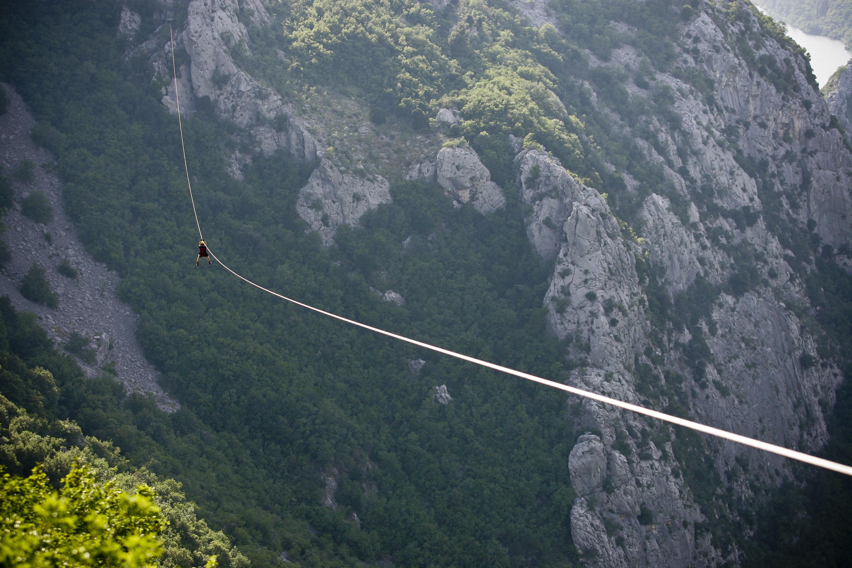 Split, 220613. Adrenalinski park Zipline Omis nova je turisticka atrakcija u kanjonu Cetine. Klizeci niz sajlu pruza se prekrasan pogled na Cetinu i brda oko nje. Foto : Jakov Prkic / Cropix