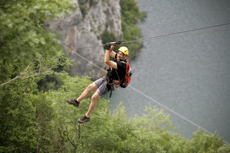 Split, 220613. Adrenalinski park Zipline Omis nova je turisticka atrakcija u kanjonu Cetine. Klizeci niz sajlu pruza se prekrasan pogled na Cetinu i brda oko nje. Na fotografiji: voditelj kroz park Drazan Mimica. Foto : Jakov Prkic / Cropix