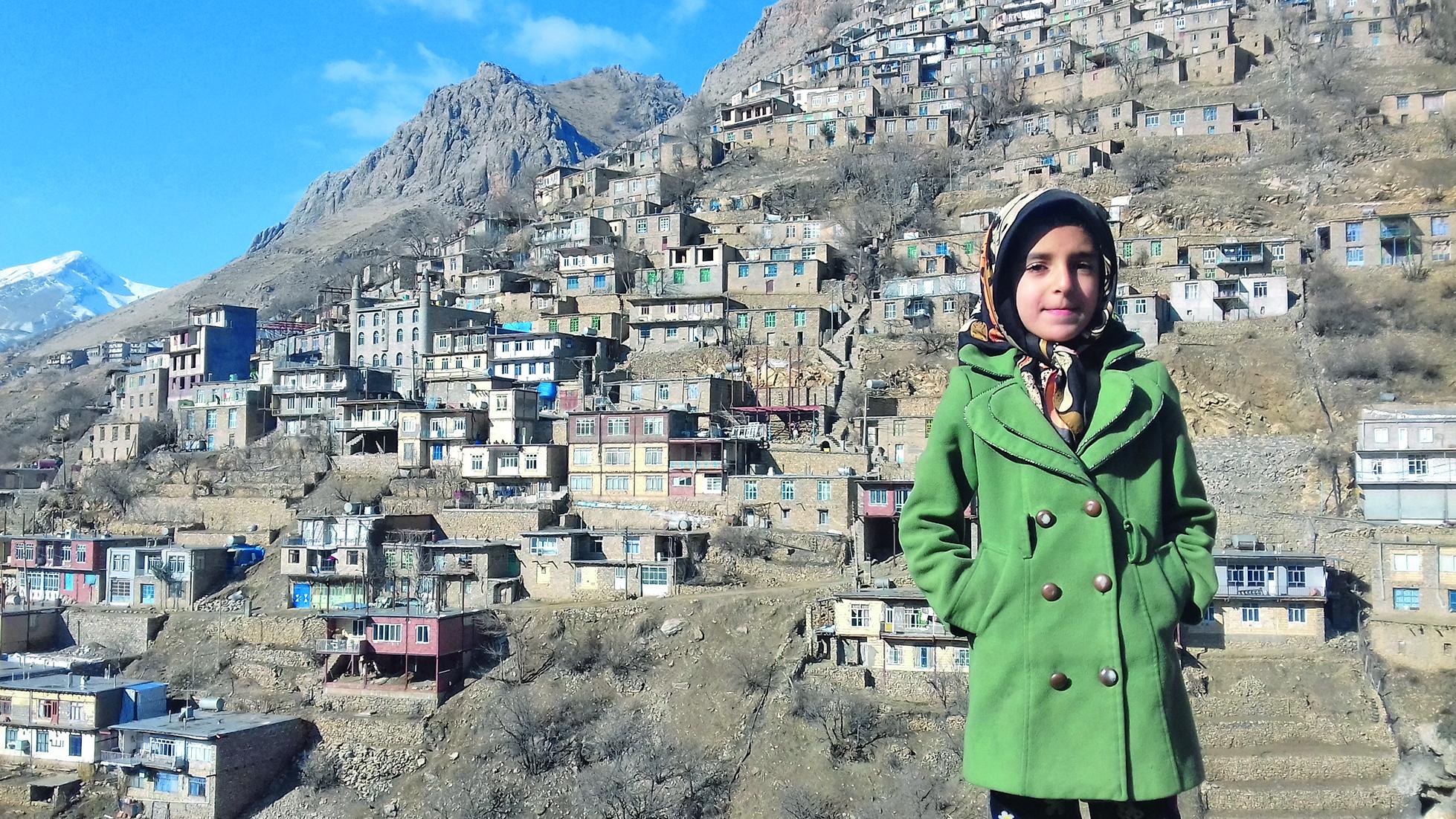 Djevojčica ispred Uramana Takhta, tipičnog kurdskog sela