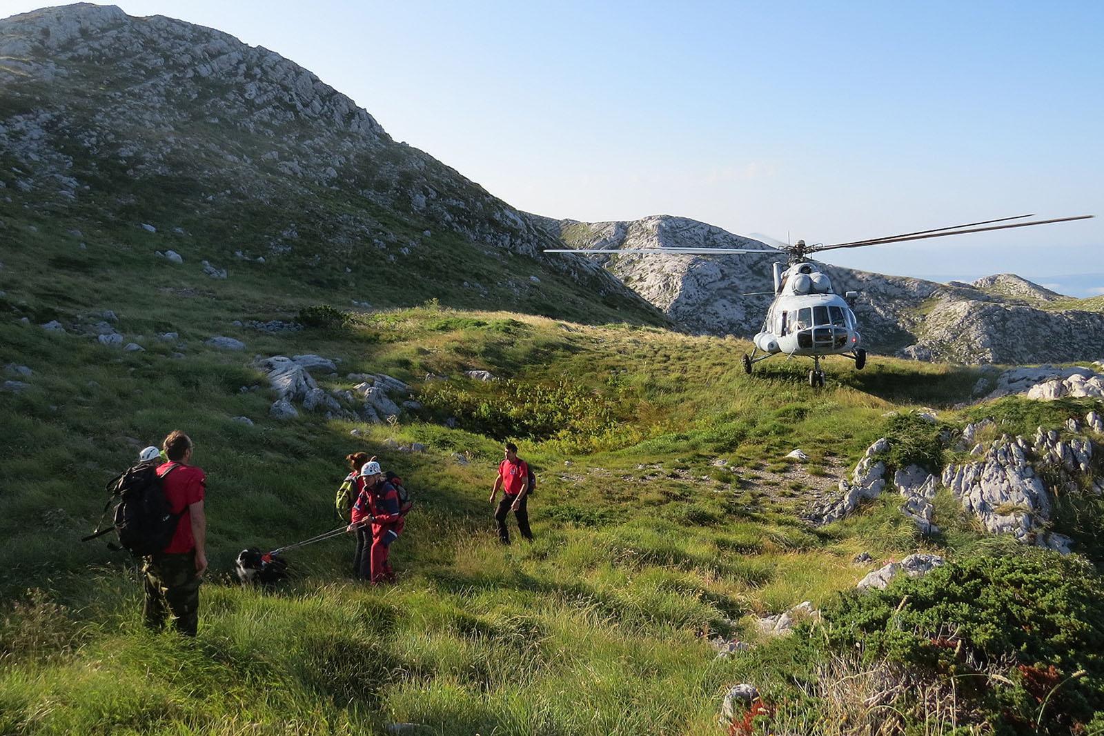 Makarska, 050714.  Drugi dan potrazne akcije HGSS-a na planini Biokovo iznad  Makarske u kojoj se traga poljskim drzavljanom koji se 3. kolovoza uputio na planinu iz mjesta Krvavica. Akcija traje od jutros, a u njoj ucestvuje 53 pripadnika GSS-a s cetri potrazna psa i helikopter HRZ-a koji je preveo 9 grupa spasioca na planinu dok su tri grupe pretrazivale nize djelove. U potrazi ucestvuju stanice GSS-a Makarska, Zadar, Sibenik, Split, Orebic, Dubrovnik, Gospic i Cakovec.  Na fotografiji: Pripadnci GSS-a u potraznoj akciji na planini Biokovo.   Foto: HGSS Makarska