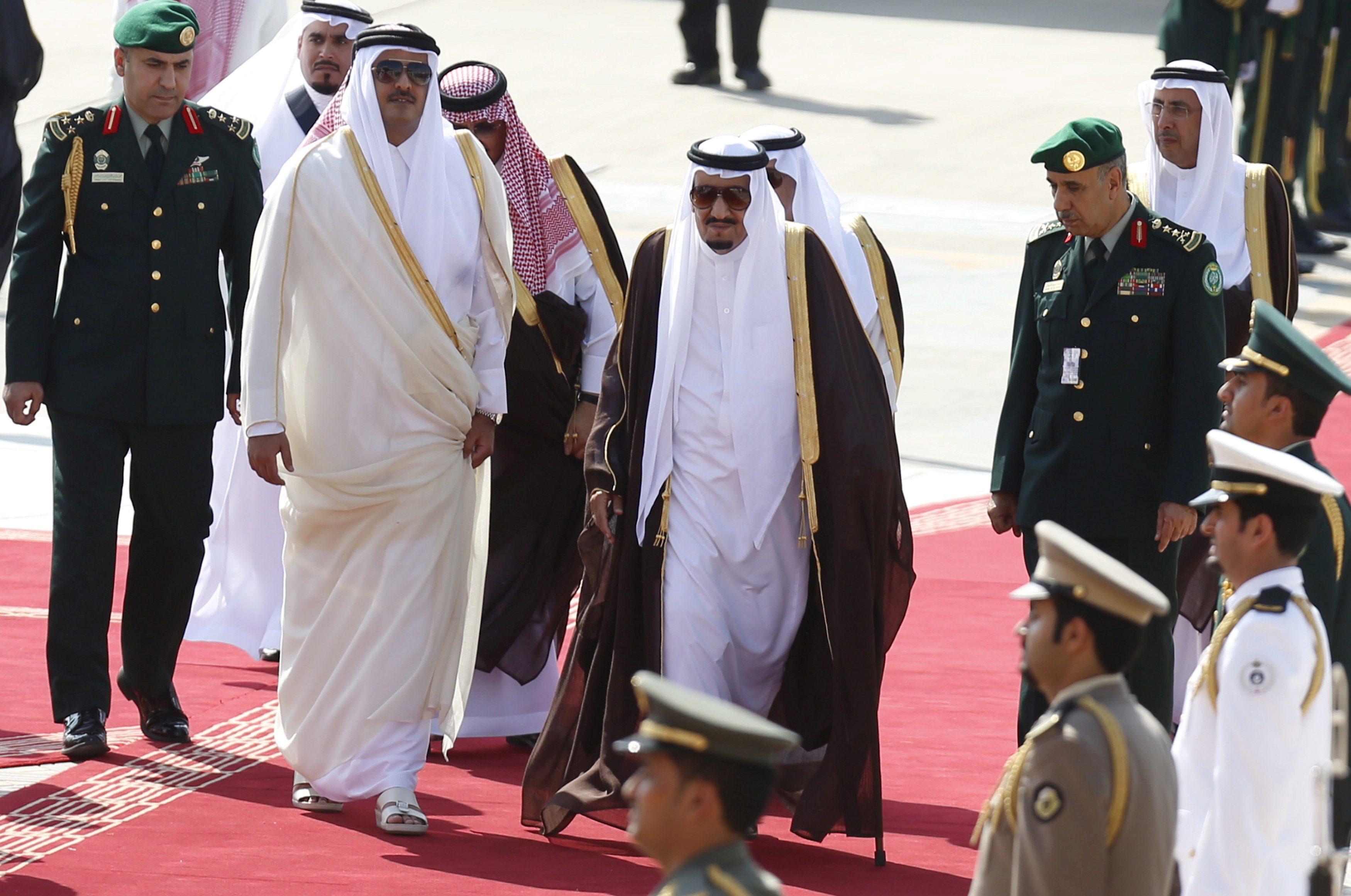 Saudijski kralj Salman bin Abdulaziz (u sredini) i katarski emir Tamim bin Hamad al-Than
