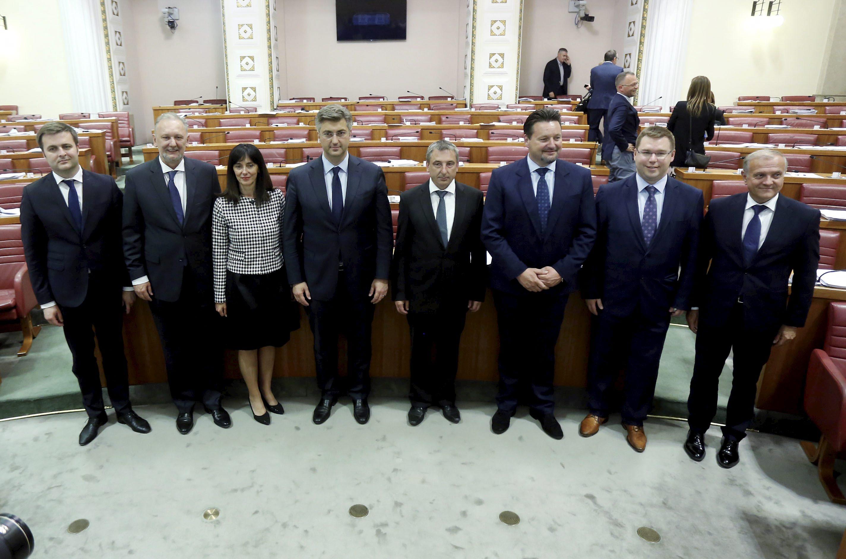 Tomislav Ćorić (prvi lijevo u društvu kolegica i kolega iz Vlade te premijera) ima najveće šanse naslijediti Martinu Dalić