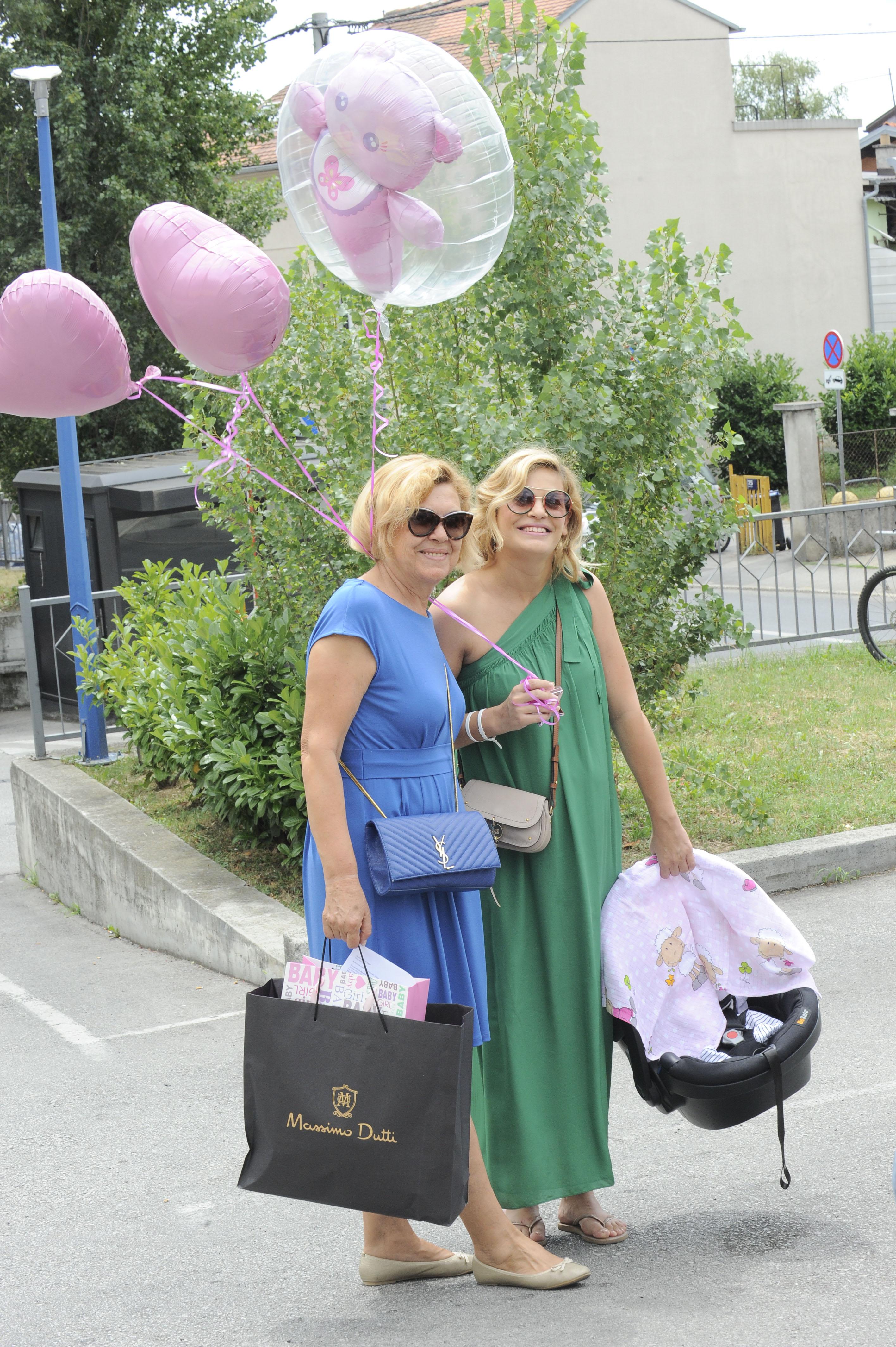 Nevena Rendeli izlazak iz rodilista / bolnica Sveti Duh / Zagreb 13.07.2017. / foto: Davor Matota / Mak Vejzovic i Nevena Rendeli i kcerke Lea i Mare i majka Marija Rendeli