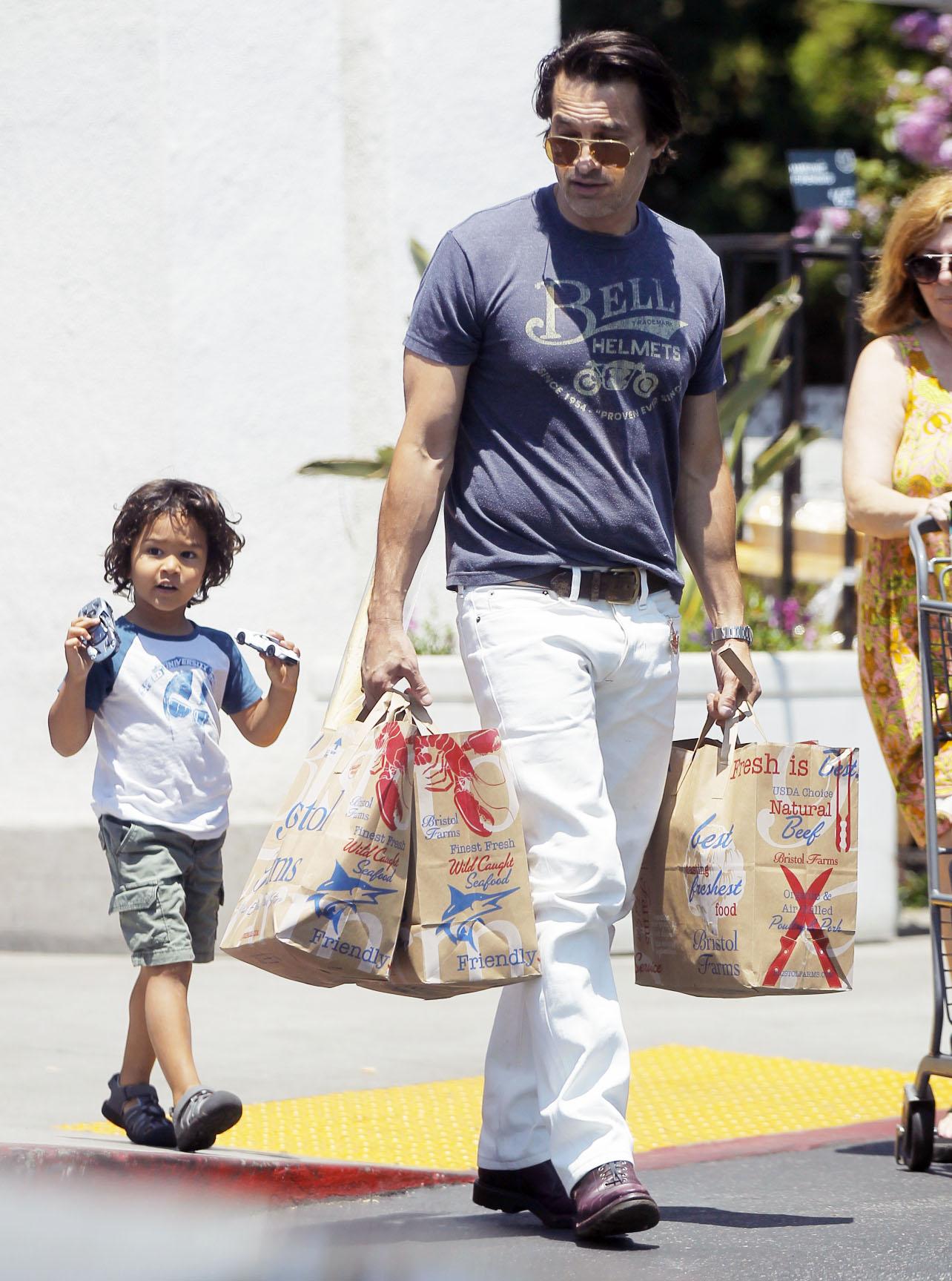 Olivier Martinez i sin u kupovini