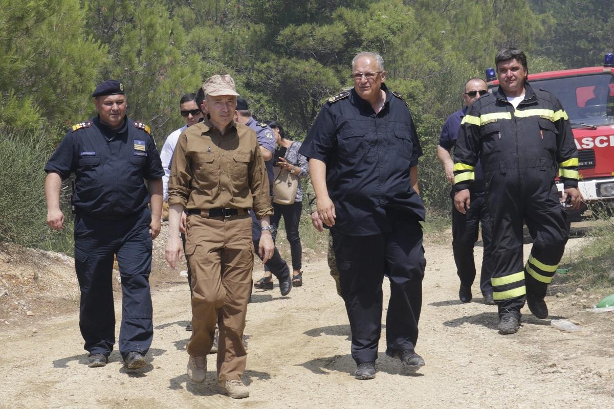 Na fotografiji je Slavko Tucaković lijevo, dok su požarišta u Makarskoj u utorak posjetili Damir Krstičević, županijski vatrogasni zapovjednik Dražen Glavina (desno)