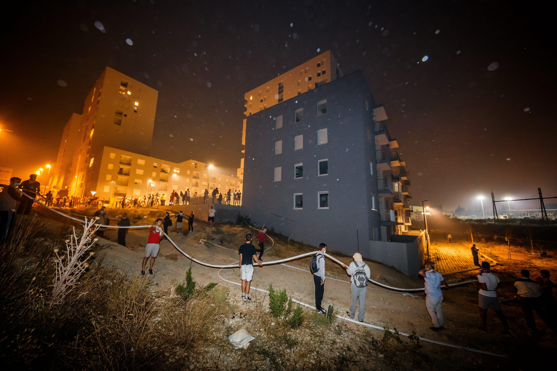 građani od požara brane svoje kuće u kvartu Kila