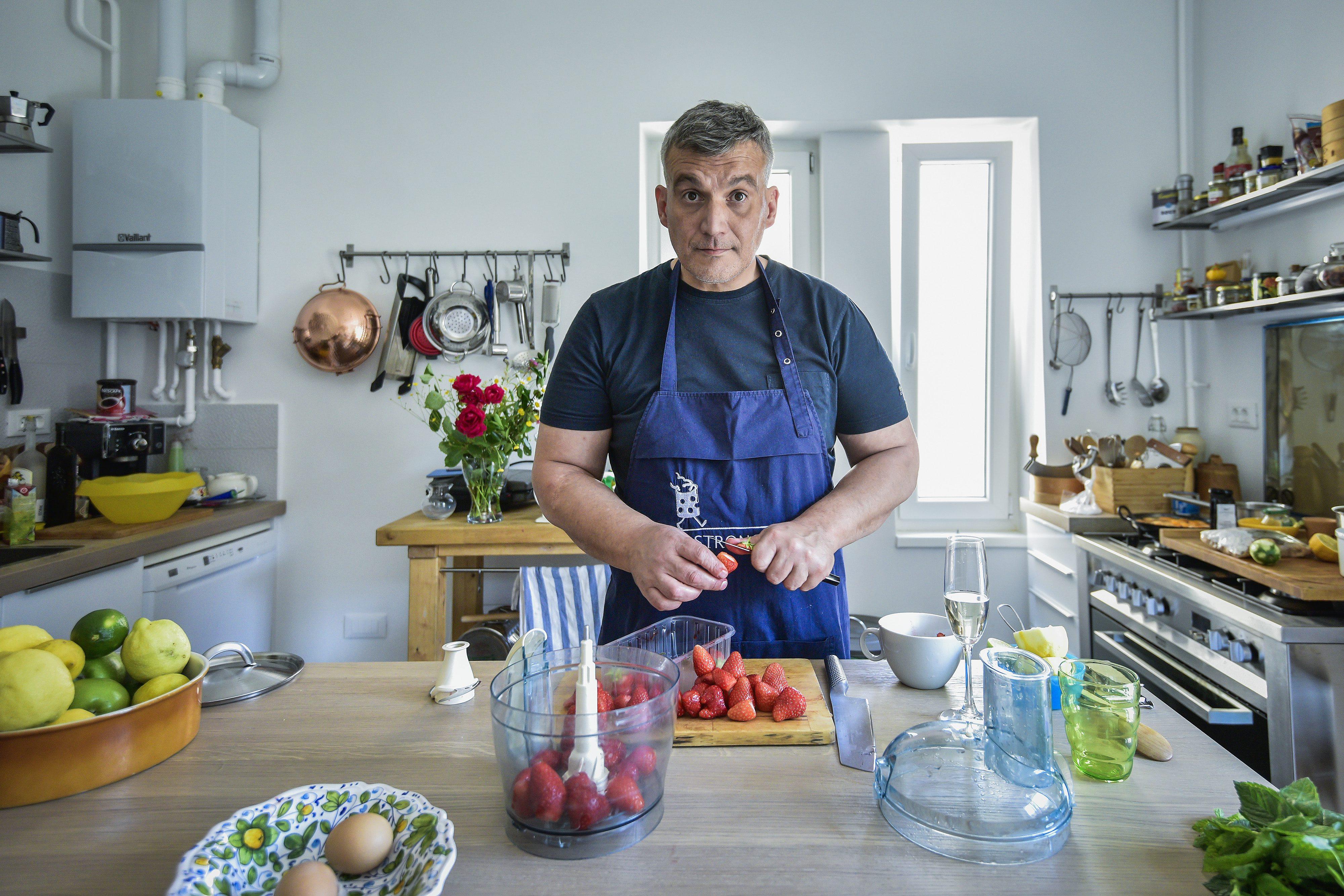 Zagreb, 230517.  Zoran Simunic iz Gastronomada u svom domu pripremao je razlicite vocne sladolede i sorbete. Foto: Neja Markicevic / CROPIX