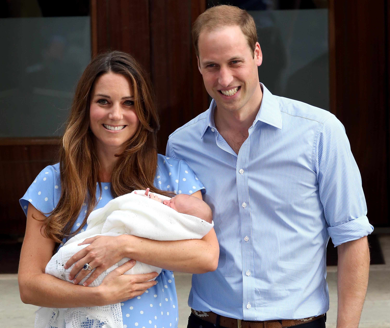 Ponosni roditelji prvi put poziraju ispred bolnice s Georgeom