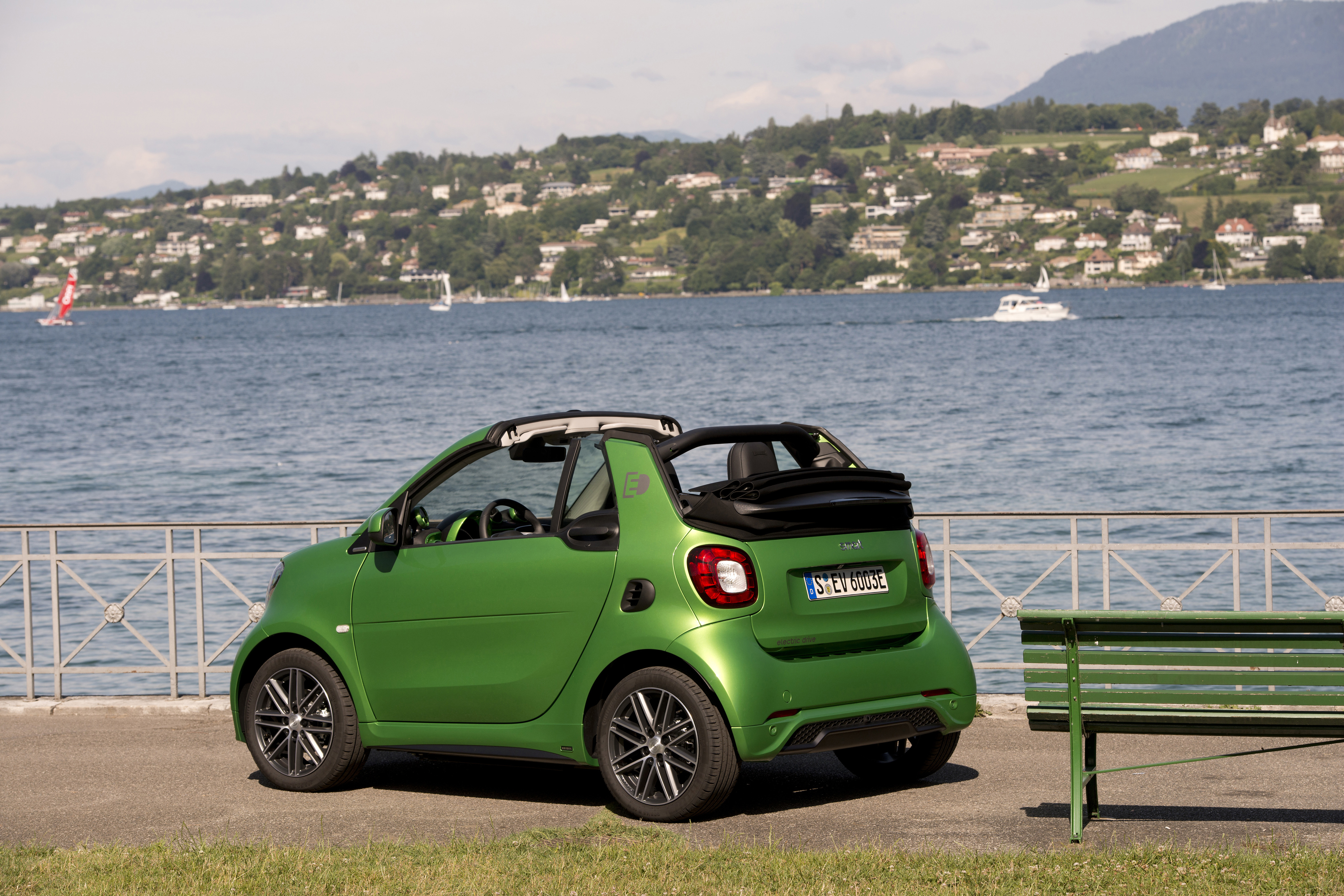Smart_fortwo_cabrio_electric_drive_tailormade_electric_green