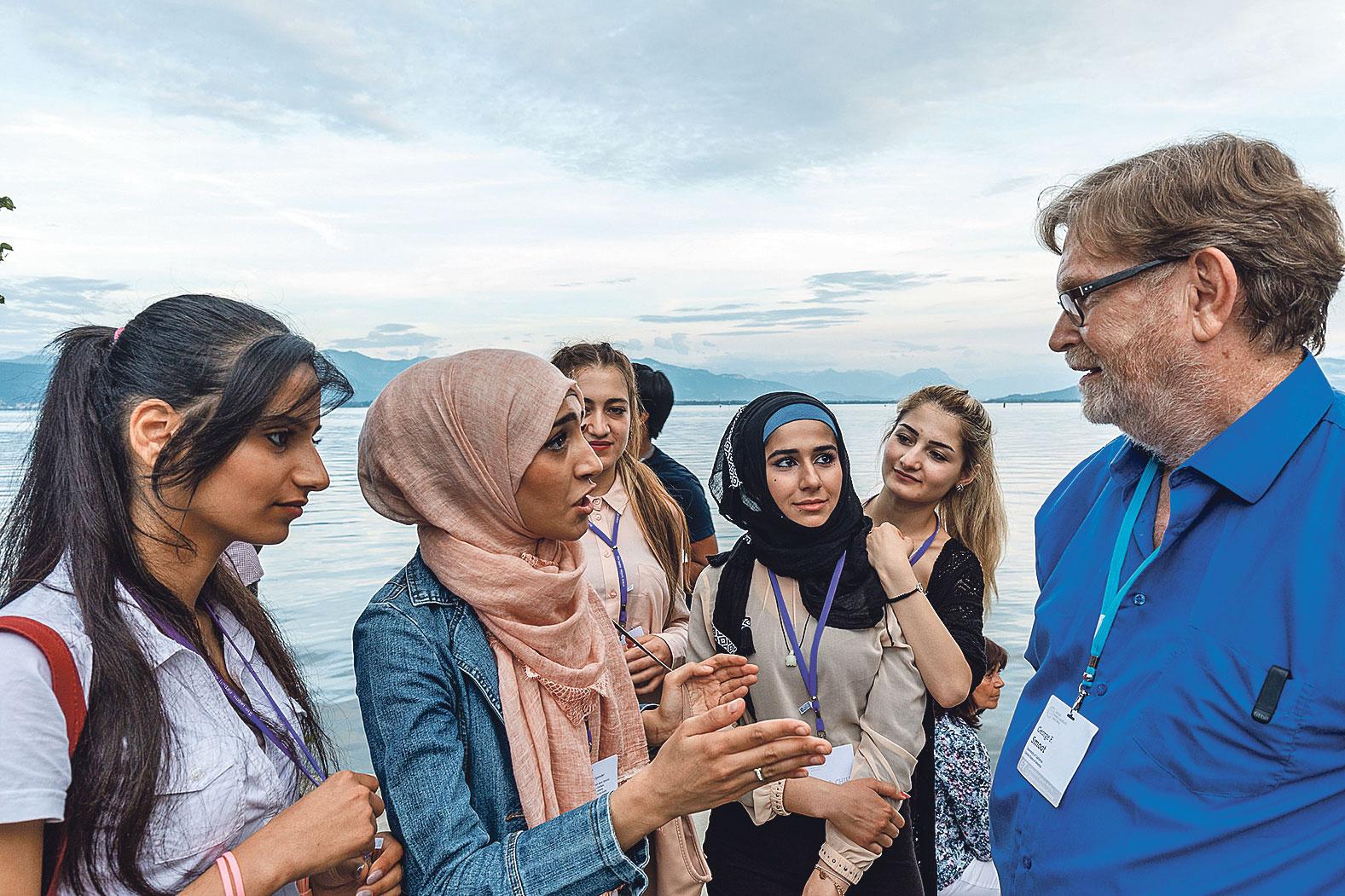Mlade znanstvenice u razgovoru s Georgeom F. Smootom, dobitnikom Nobela za fiziku