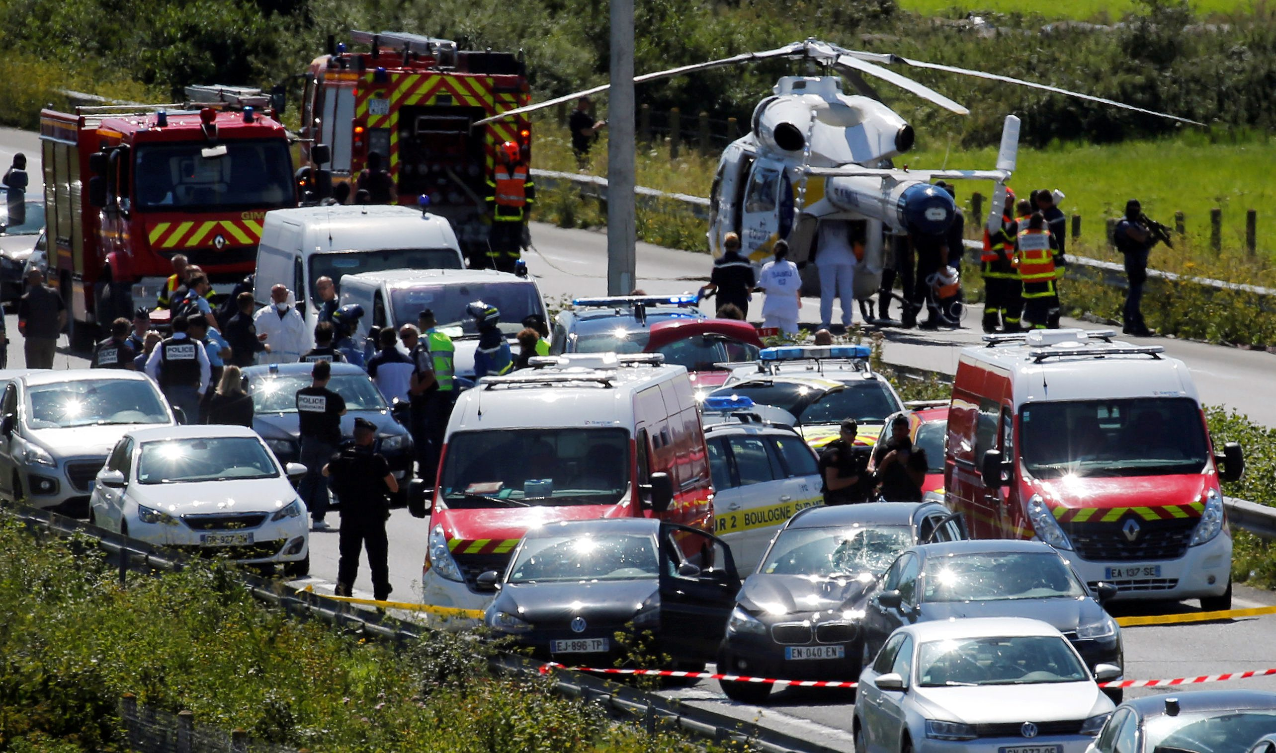 Policija, vatrogasci i hitna pomoć na mjestu gdje je alžirski državljanin naletio vozilom na vojnu ophodnju