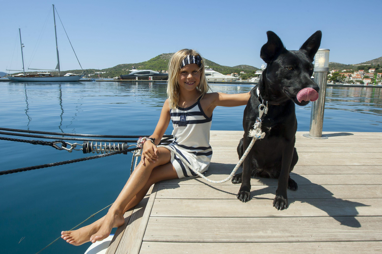 Na fotografiji: Olivia Tolley i pas Blackson