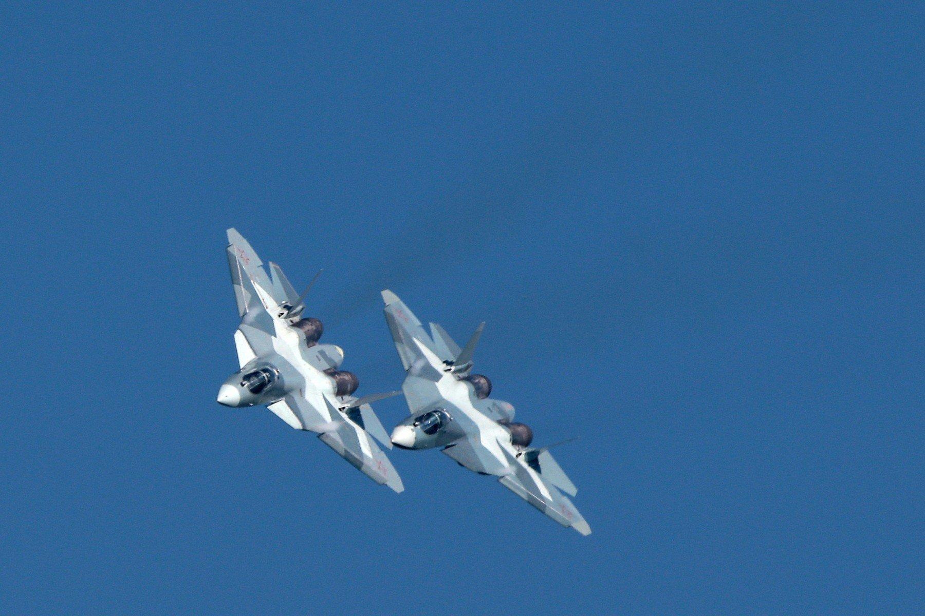 Dva Suhoja Su-57 u letu