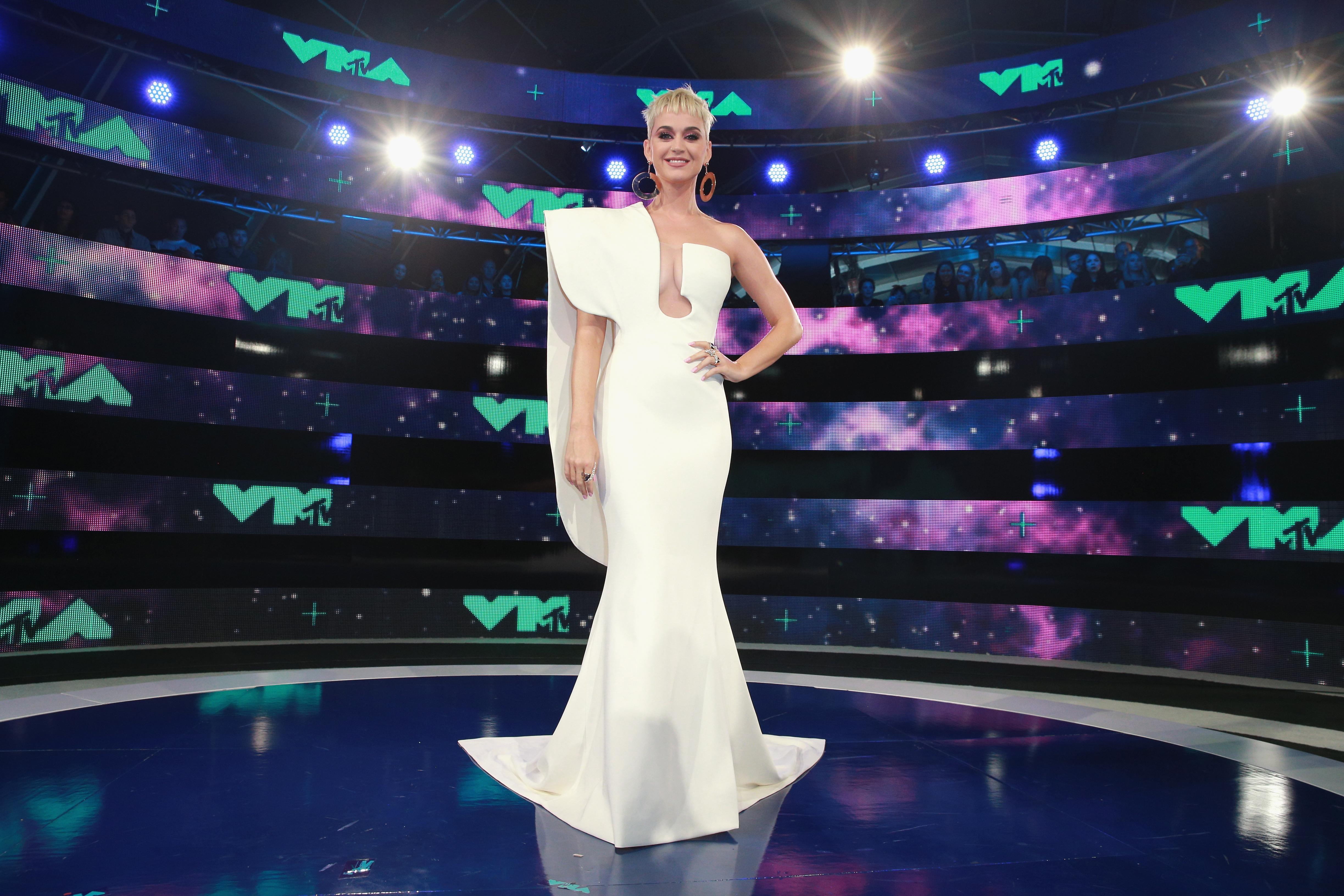 Katy Perry u bijeloj haljini s potpisom Stéphanea Rollanda