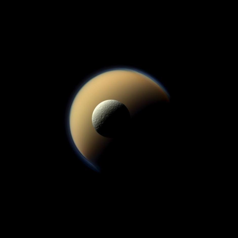 Mjeseci Titan (u pozadini) i Rea (ispred)