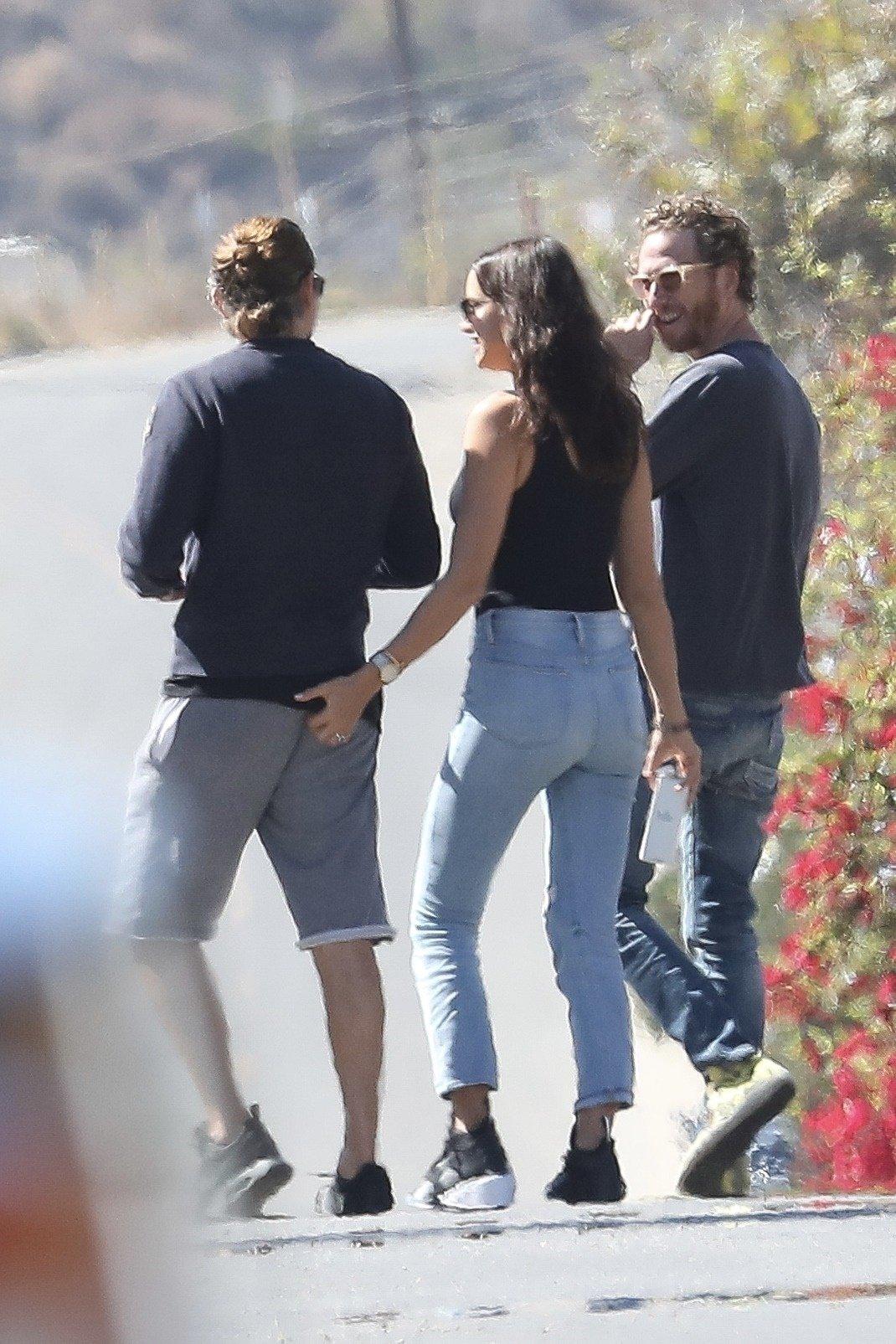 Irina Shayk i Bradley Cooper u šetnji Malibuom