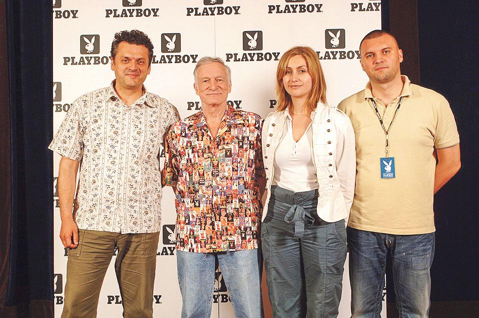 Slijeva nadesno: Gordan Zečić, bivši glavni urednik hrvatskog Playboya, Hugh Hefner, izvršna urednica našeg Playboya Željka Klemenčić i art direktor Igor Vranješ. Zajedno su se fotografirali na međunarodnoj konferenciji u Barceloni prije 11 godina. Hef je tada imao 80 godina