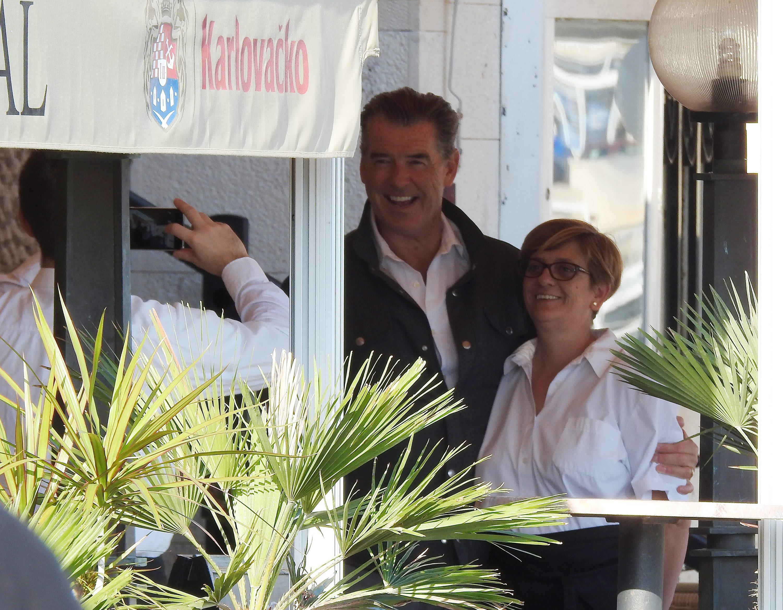 Glumac Pierce Brosnan fotografirao se s osobljem restorana Admiral na Visu