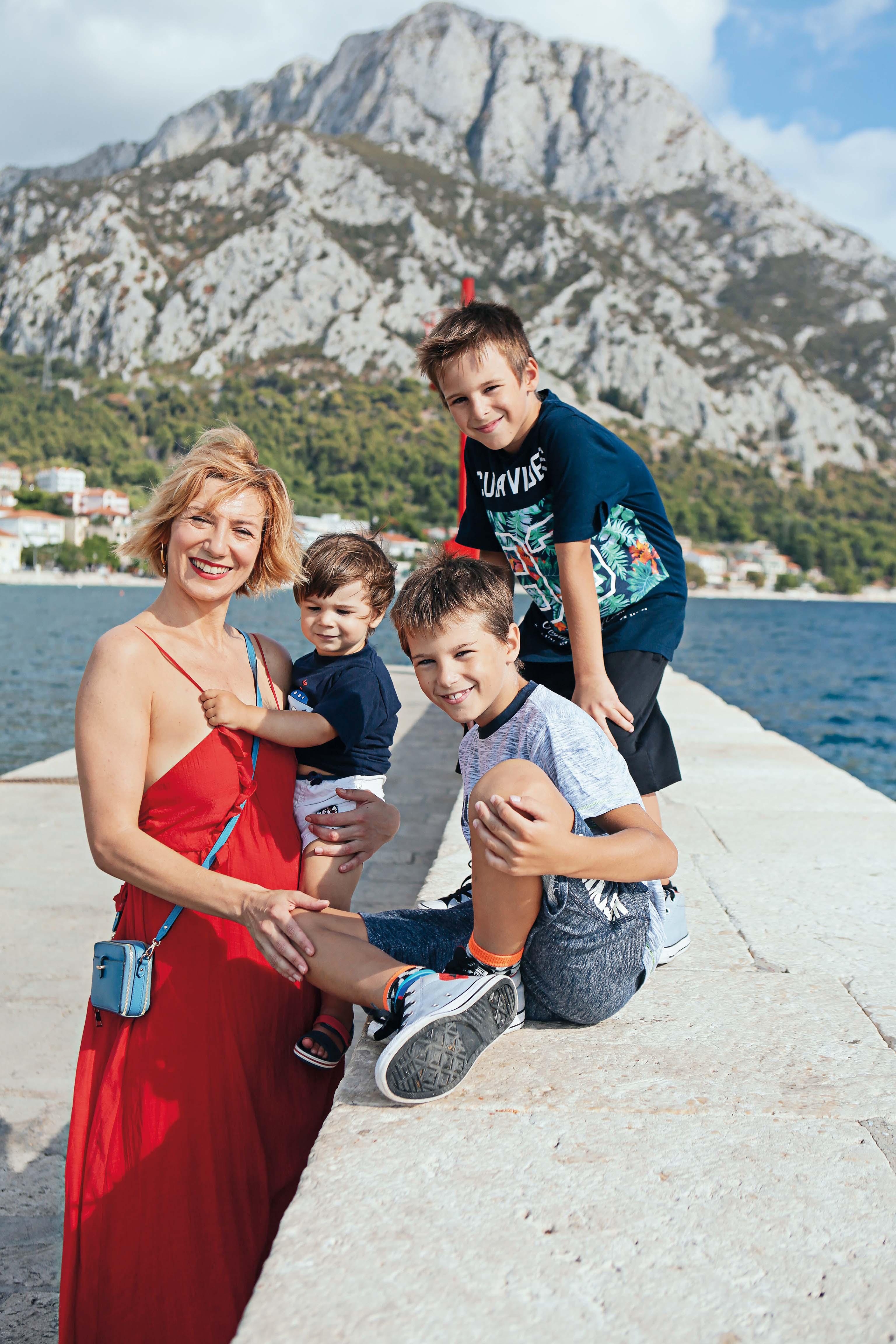 Daria Lorenci Flatz sa sinovima Makom i Franom (8) te 19-mjesečnim Tinom, koji najviše uživa u maminom naručju