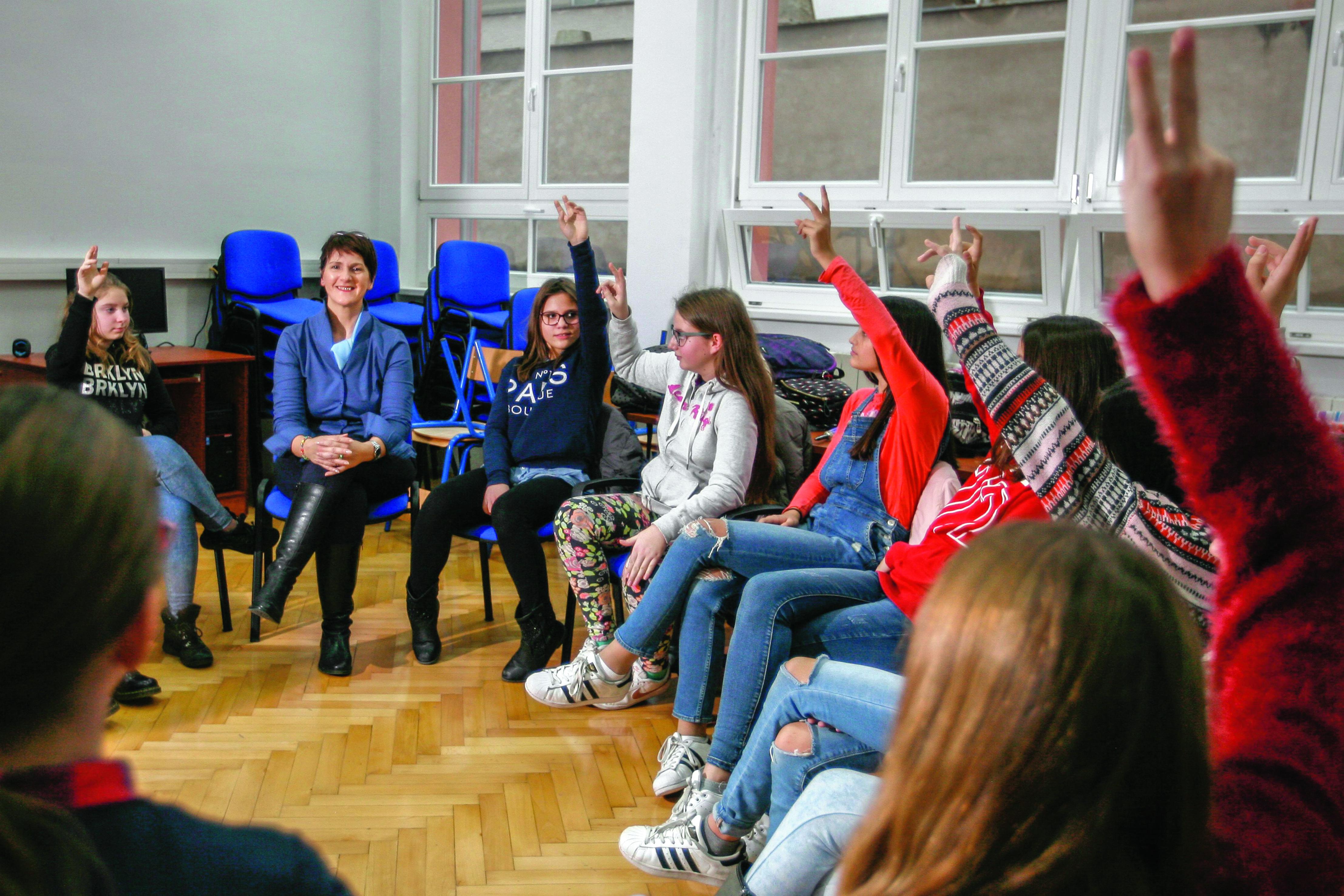 Orjana Marušić Štimac, profesorica koja predaje Građanski odgoj, s učenicima