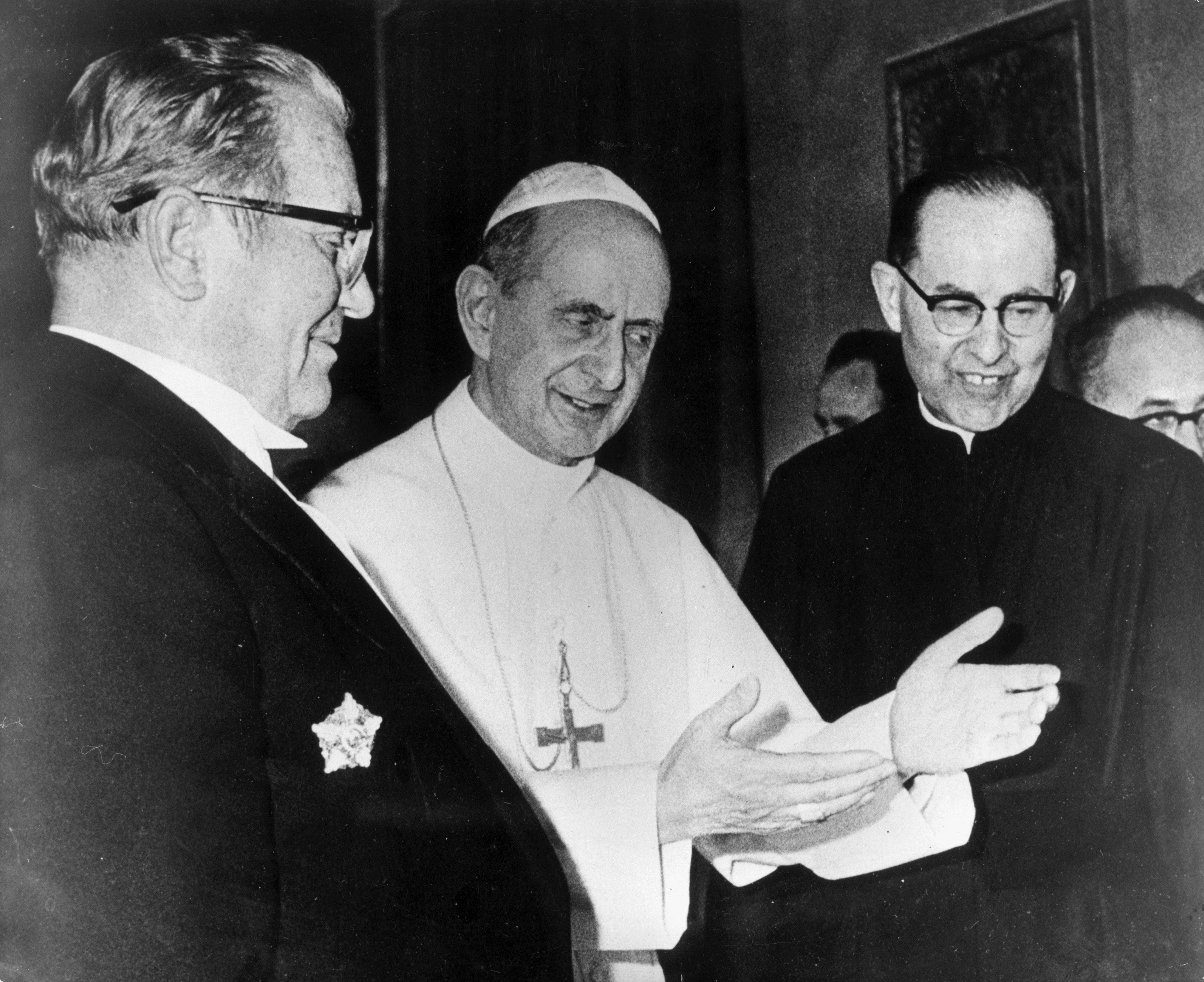 Vrhunac zatopljavanja odnosa između Jugoslavije i Svete Stolice bio je susret poglavara Katoličke crkve i Josipa Broza Tita 1971. godine u Vatikanu