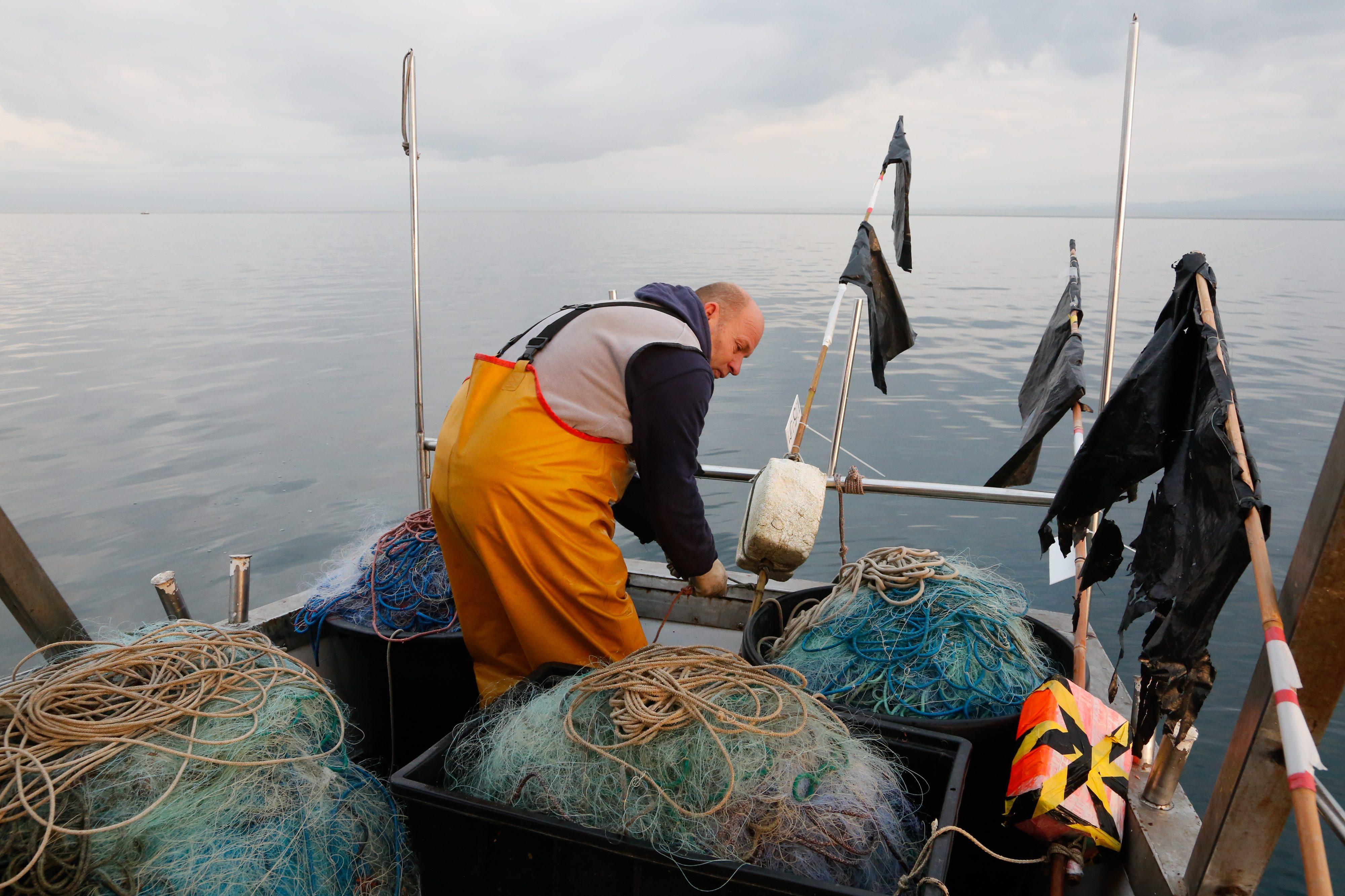 Savudrija, 080118. Diego Makovac sa suprugom Frankom ribari u Savudrijskoj vali a sve uz pratnju Slovenske i Hrvatske policije. Radnje u tom dijelu mora nadgledala je i slovenska inspekcija. Ribar je dizao i polagao mreze listarice za izlov ribe list (svoja). Foto: Goran Sebelic / CROPIX