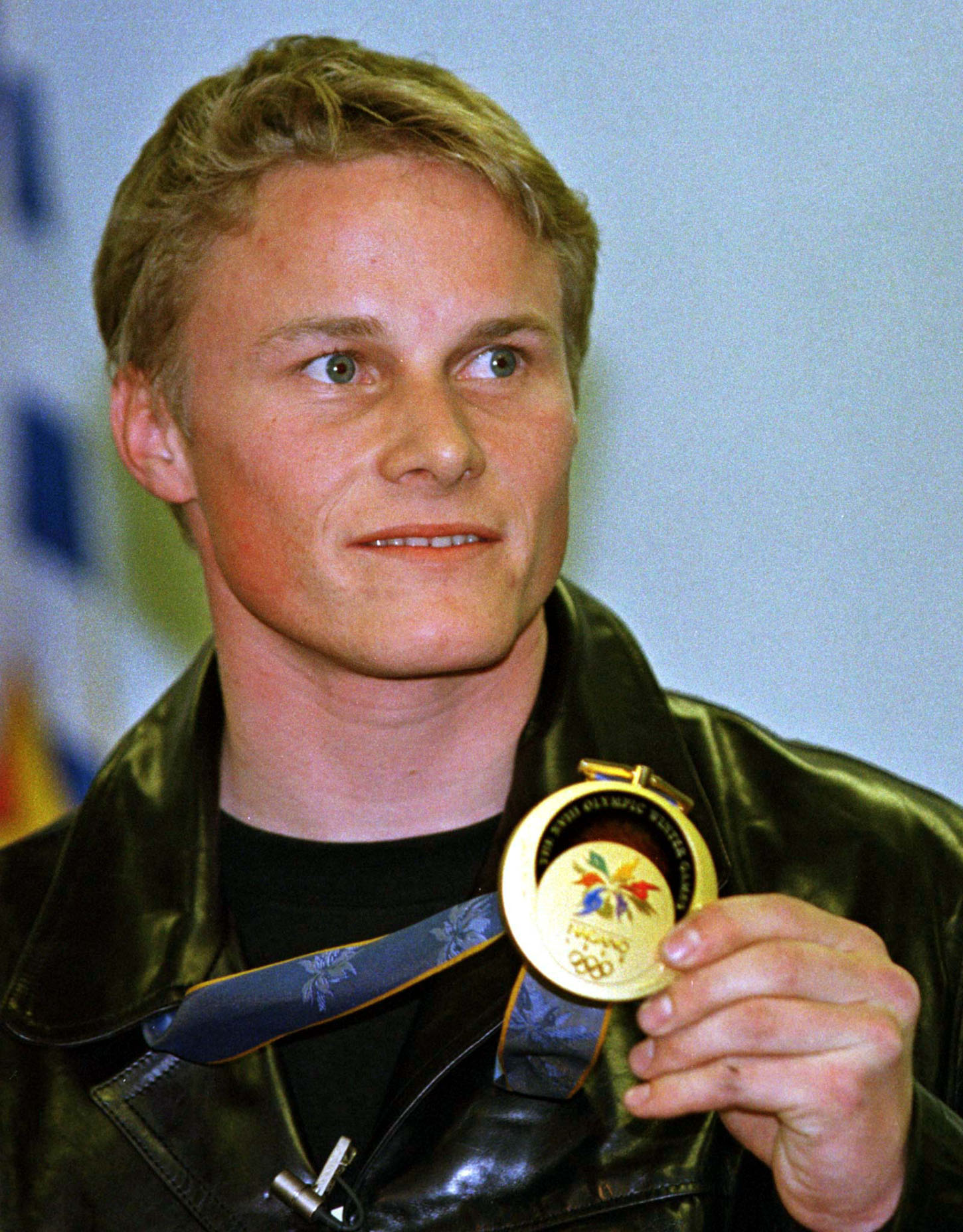 Olympic snowboarder Ross Rebagliati displays his gold medal during a news conference at the Vancouver Airport after arriving here February 16. Rebagliati will be honored with a parade February 17 when he returns to his home town of Whistler, 70 miles from Vancouver. - PBEAHULZOAT