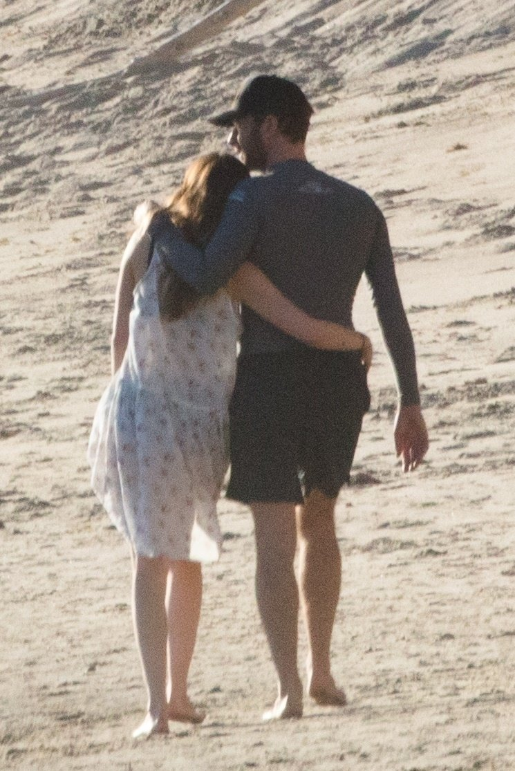 ** RIGHTS: WORLDWIDE EXCEPT IN ITALY, UNITED KINGDOM ** Malibu, CA  - *PREMIUM-EXCLUSIVE*  - Chris Martin and Dakota Johnson take their romance to the beach in Malibu for a PDA-Filled Holiday weekend. Shot on 01/14/17  Pictured: Chris Martin and Dakota Johnson    *UK Clients - Pictures Containing Children Please Pixelate Face Prior To Publication*, Image: 360297492, License: Rights-managed, Restrictions: , Model Release: no, Credit line: Profimedia, AKM-GSI