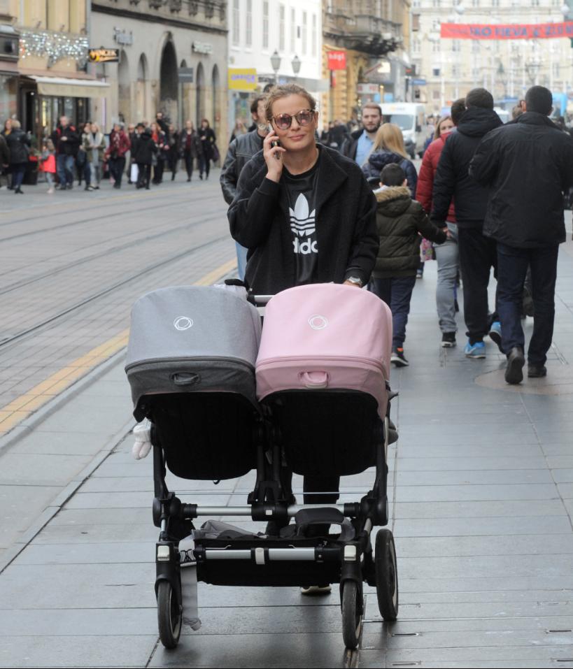 Nevena Rendeli Vejzović u šetnji s blizankama