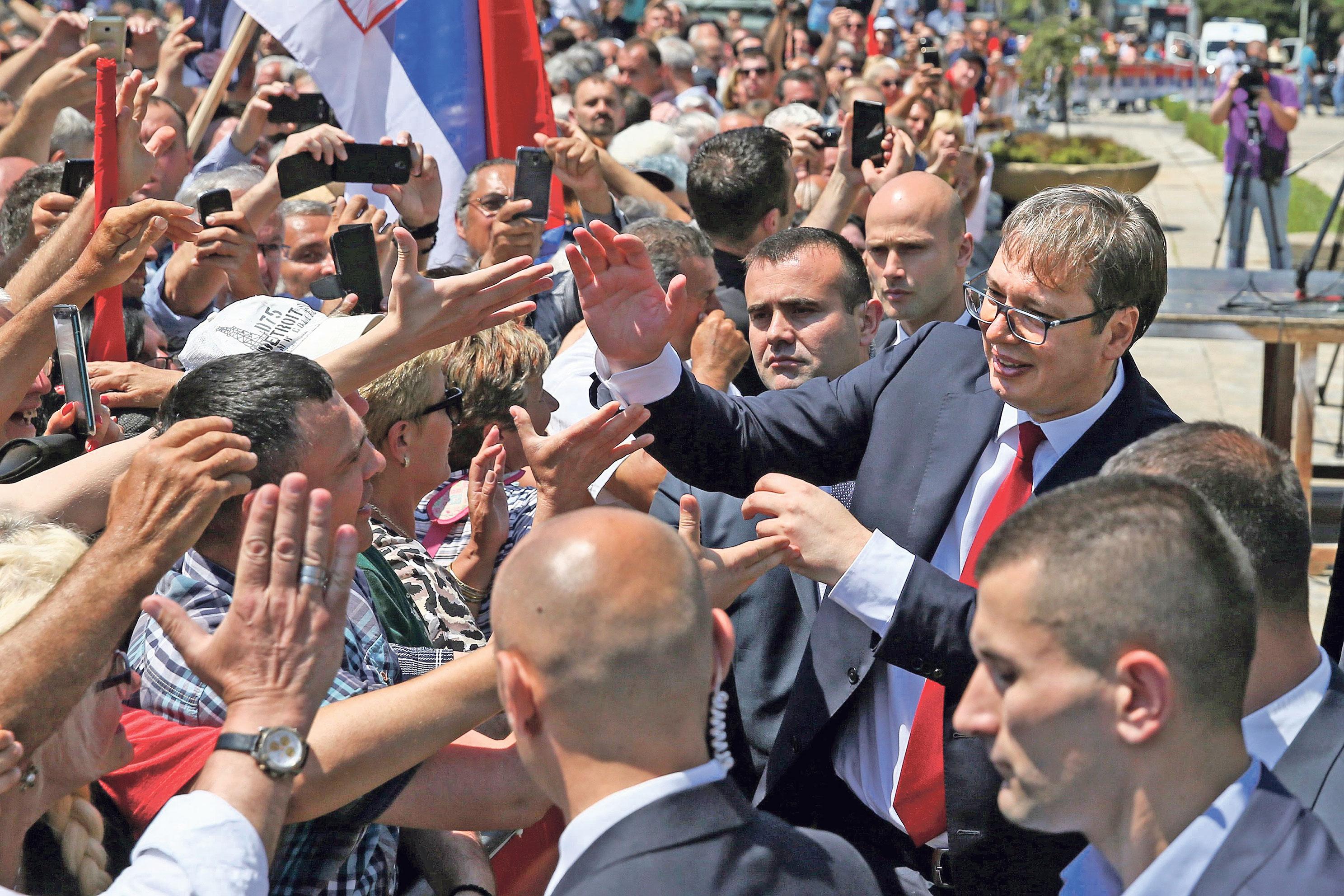 Vučić je sveprisutan, ostavlja dojam kao da vodi državu u direktnom TV prijenosu. Građanima se obraća emotivno i direktno, podignutim tonom, neprestano stvarajući povišenu atmosferu
